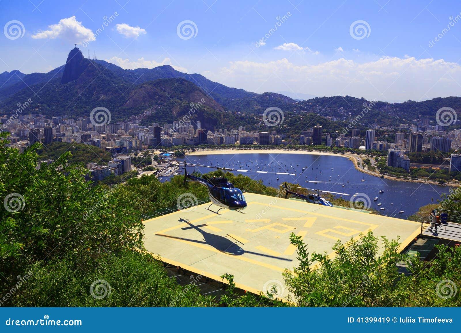RIO DE JANEIRO - 26 DE FEVEREIRO: Terras do helicóptero no heliporto de Sug