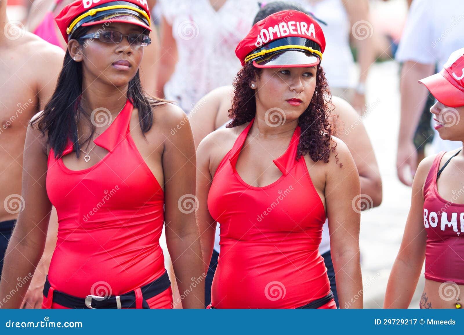 Coincidenze - Pagina 3 Rio-de-janeiro-febbraio-due-ragazze-vestiti-rossi-sul-carnevale-della-gente-libera-rio-de-janeiro-nell-febbraio-brasile-29729217