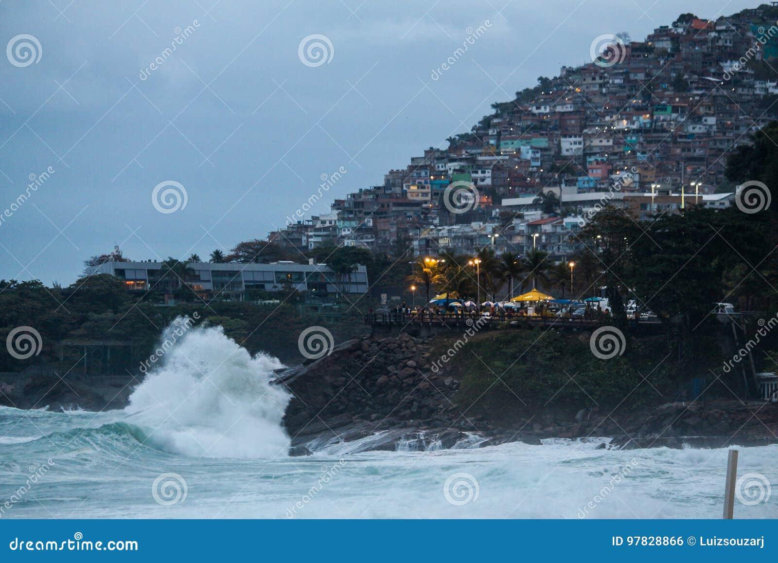 Rio de Janeiro heeft ruwe overzees op een katerdag