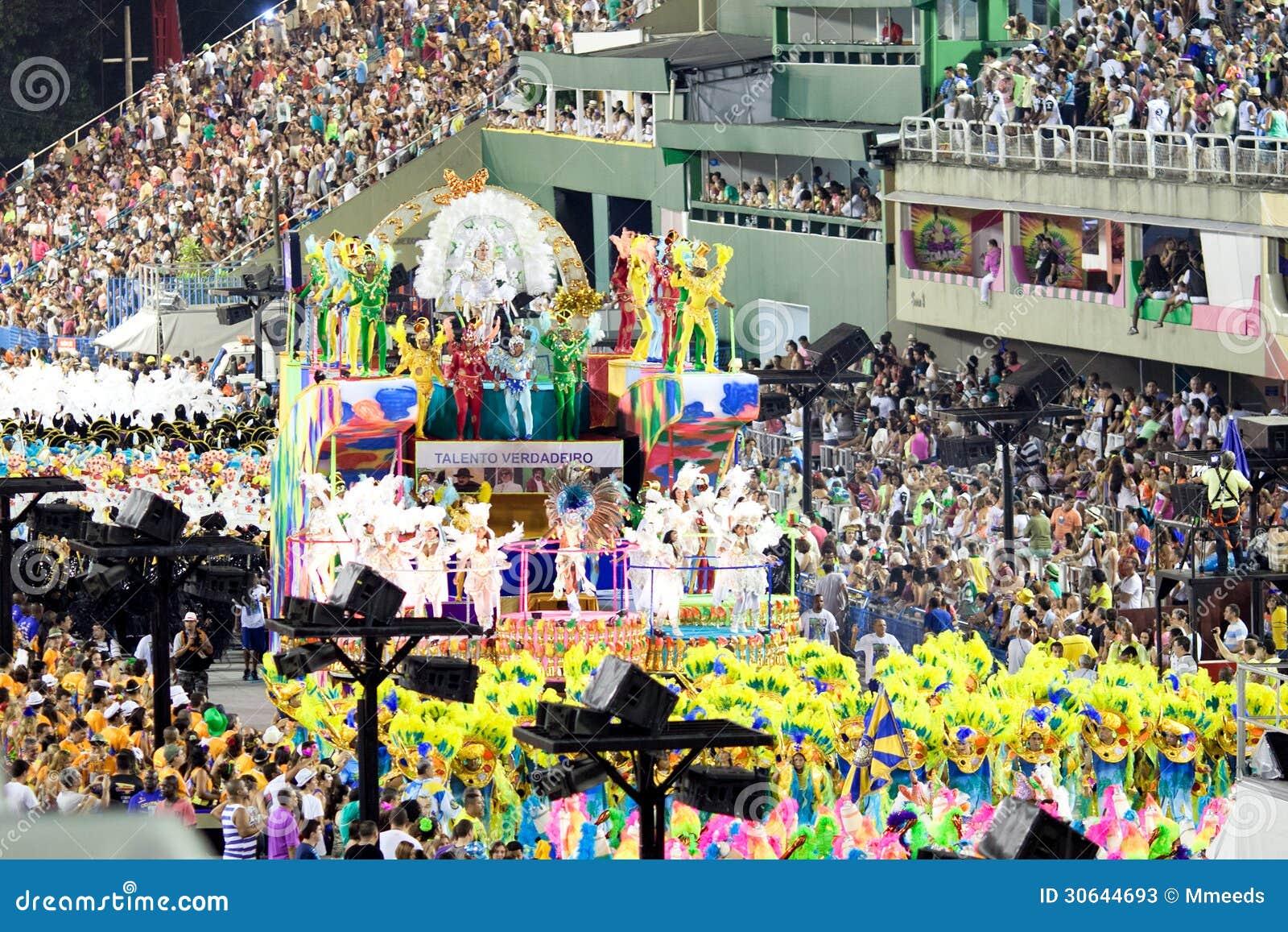 RIO DE JANEIRO, LUTY - 10: Pokazuje z dekoracjami na karnawale