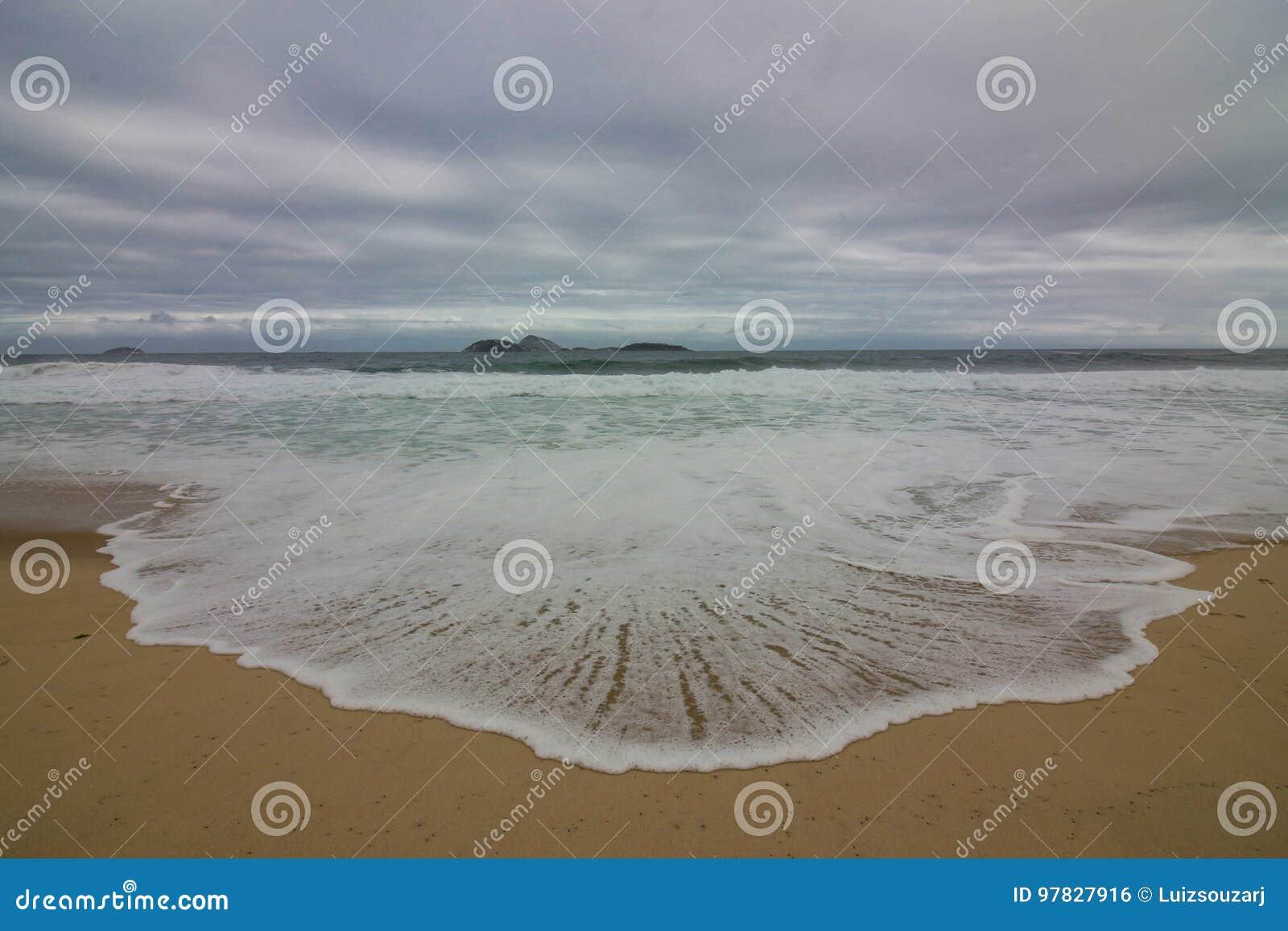 Rio de janeiro tem mares ásperos em um dia da manutenção