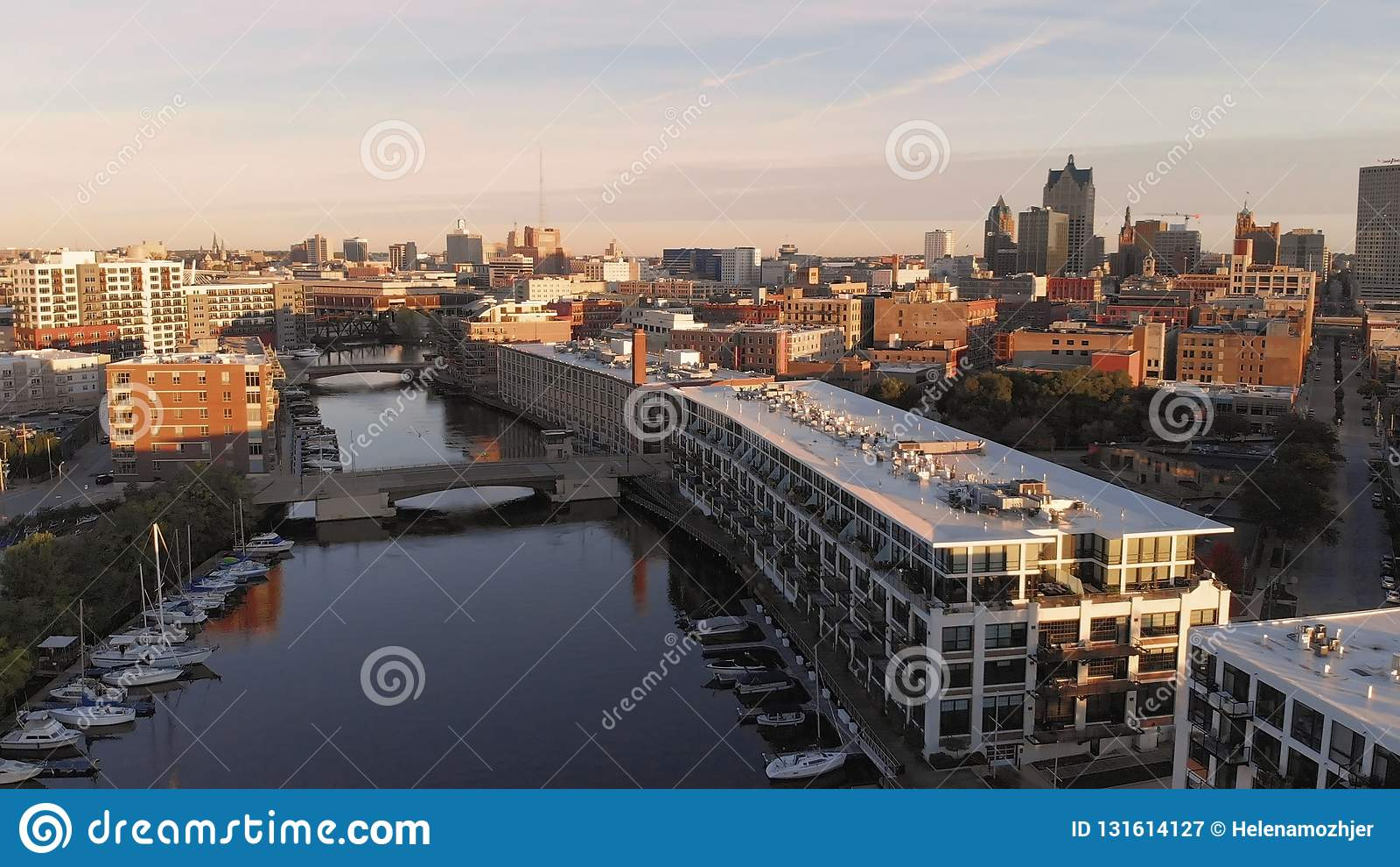 Rio de Milwaukee na baixa, distritos do porto de Milwaukee, Wisconsin, Estados Unidos Bens imobiliários, condomínios na baixa Sil