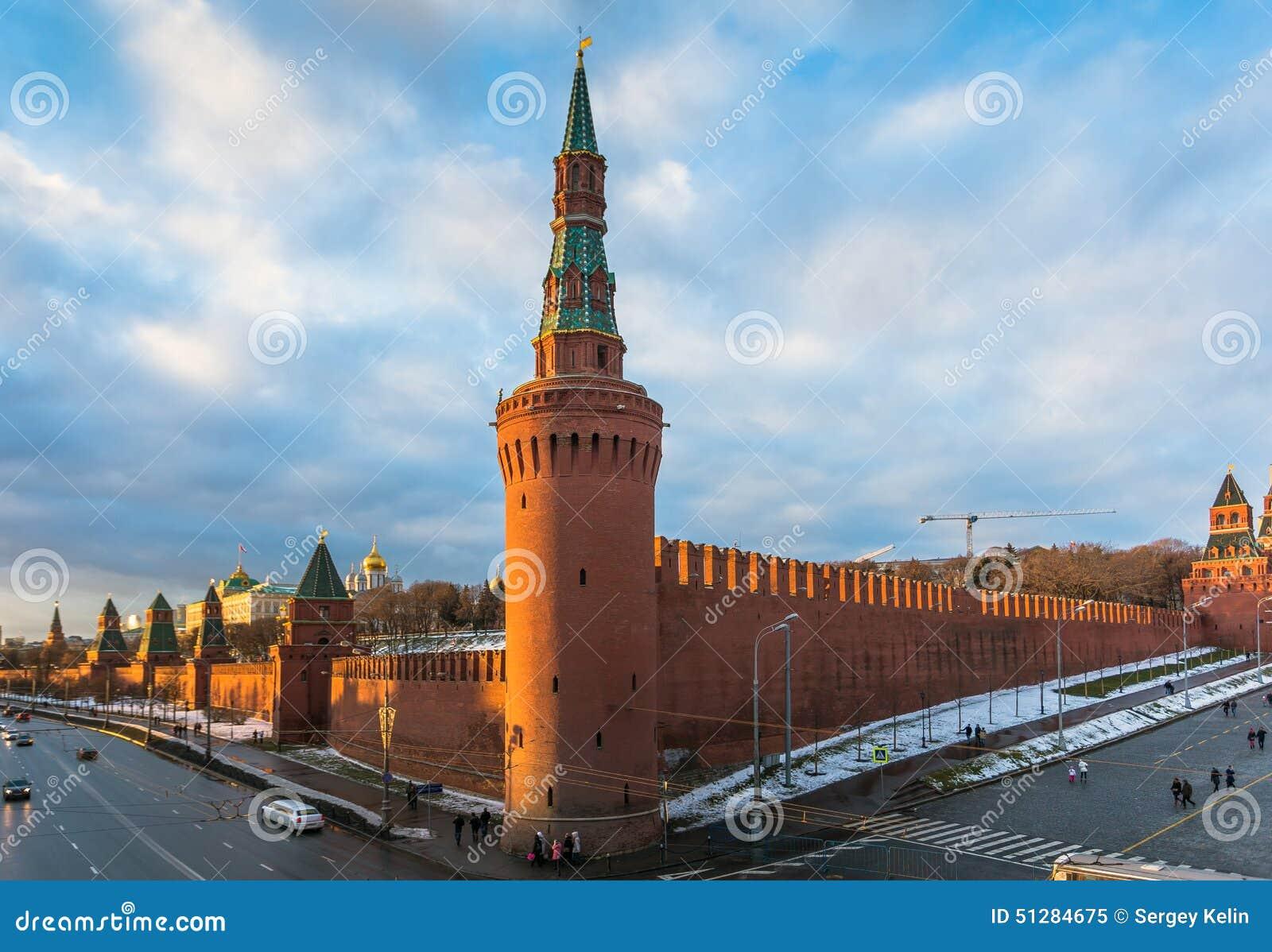 Rio de Moscou e terraplenagem do Kremlin no inverno