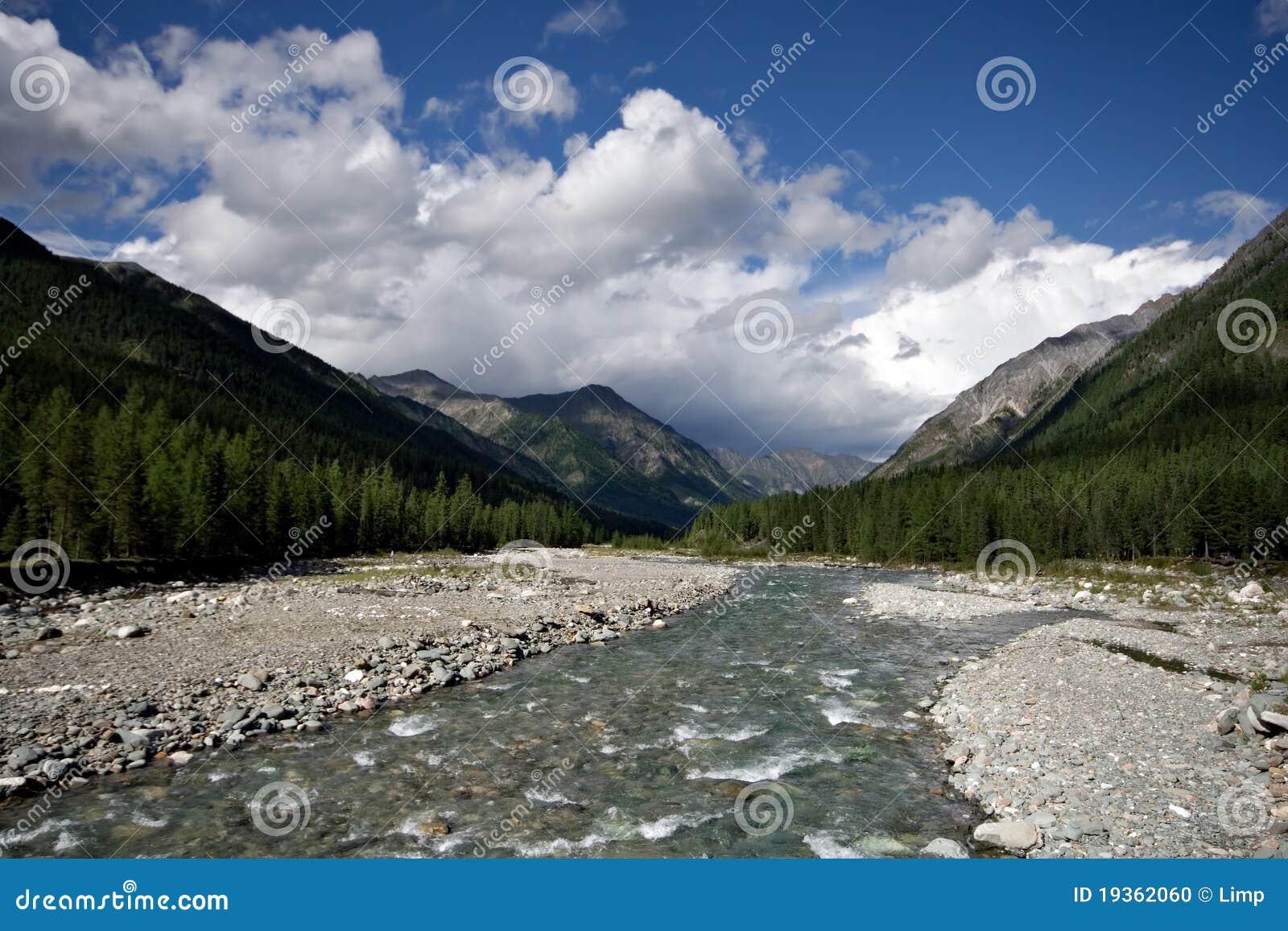 Rio de Shumak. Sibéria. Montanhas do leste de Sayan. Burya