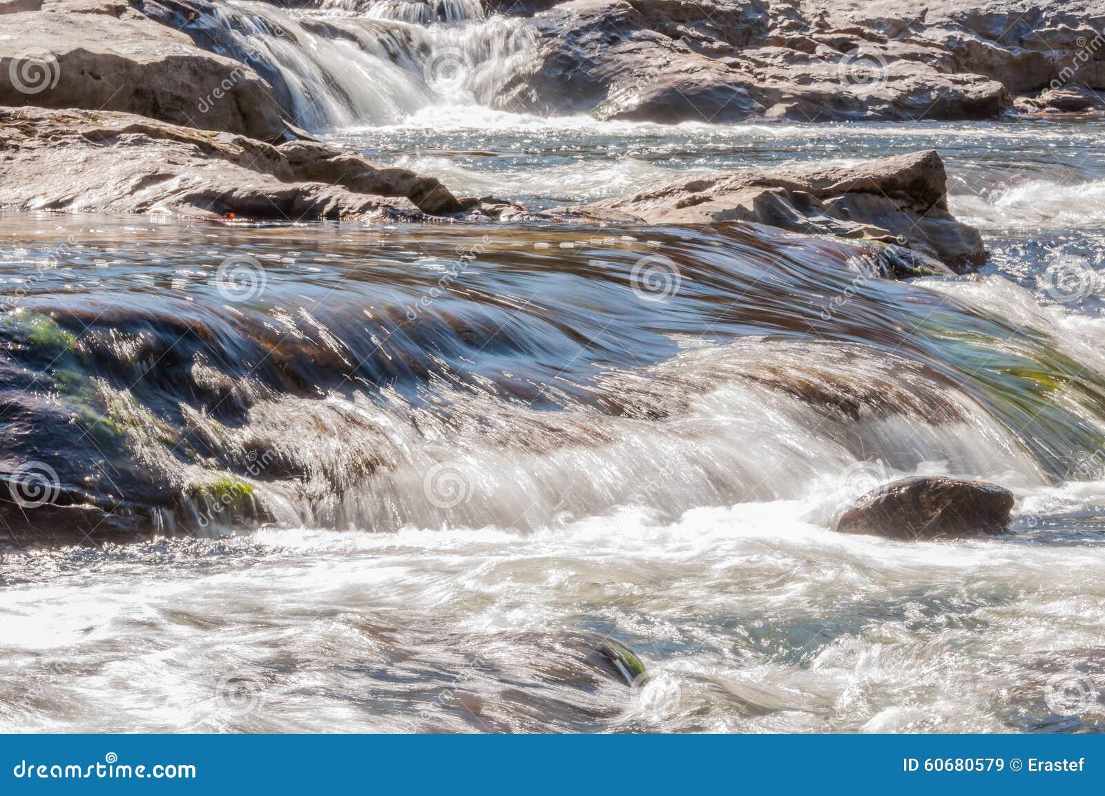 Rio de Whitewater na floresta nacional de Chattahoochee