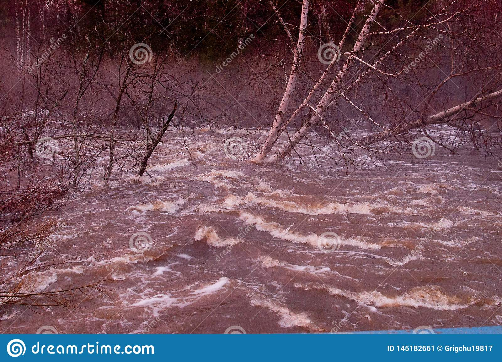 Rio derramado Espuma na ?gua
