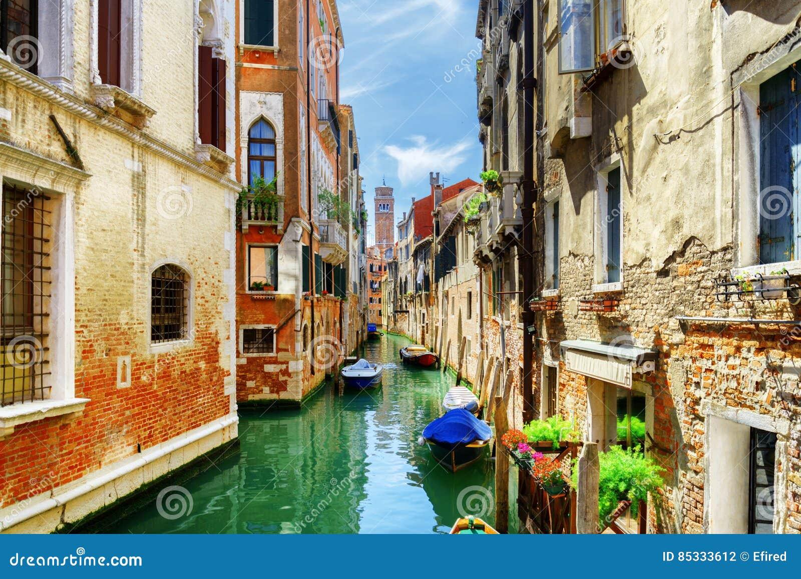 Rio di San Cassiano Canal avec des bateaux à Venise, Italie