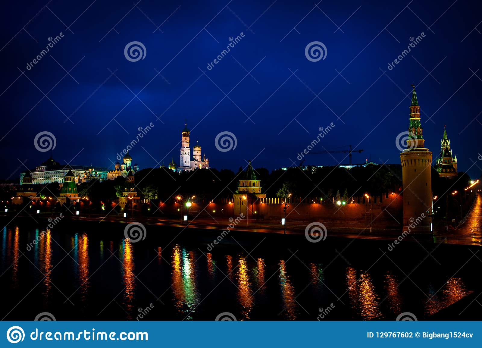 Rio do Kremlin de Moscou e da Moscou na noite
