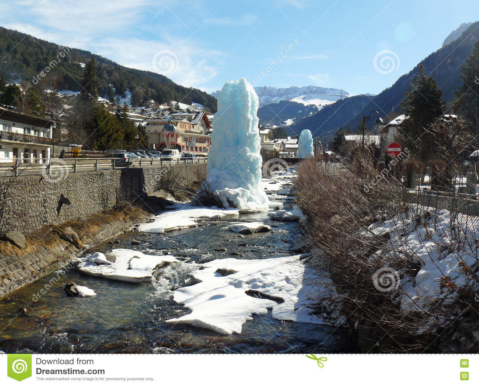Rio em Val Gardena e escultura feita do gelo