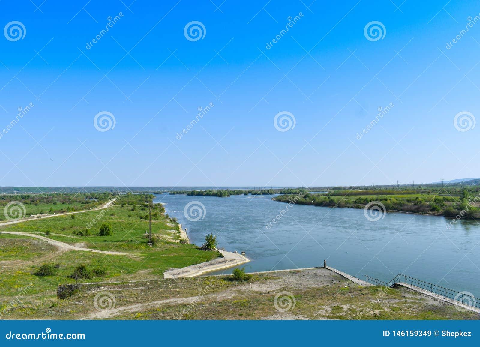 Rio grande bonito Olt com ilhas verdes em um dia de ver?o ensolarado brilhante