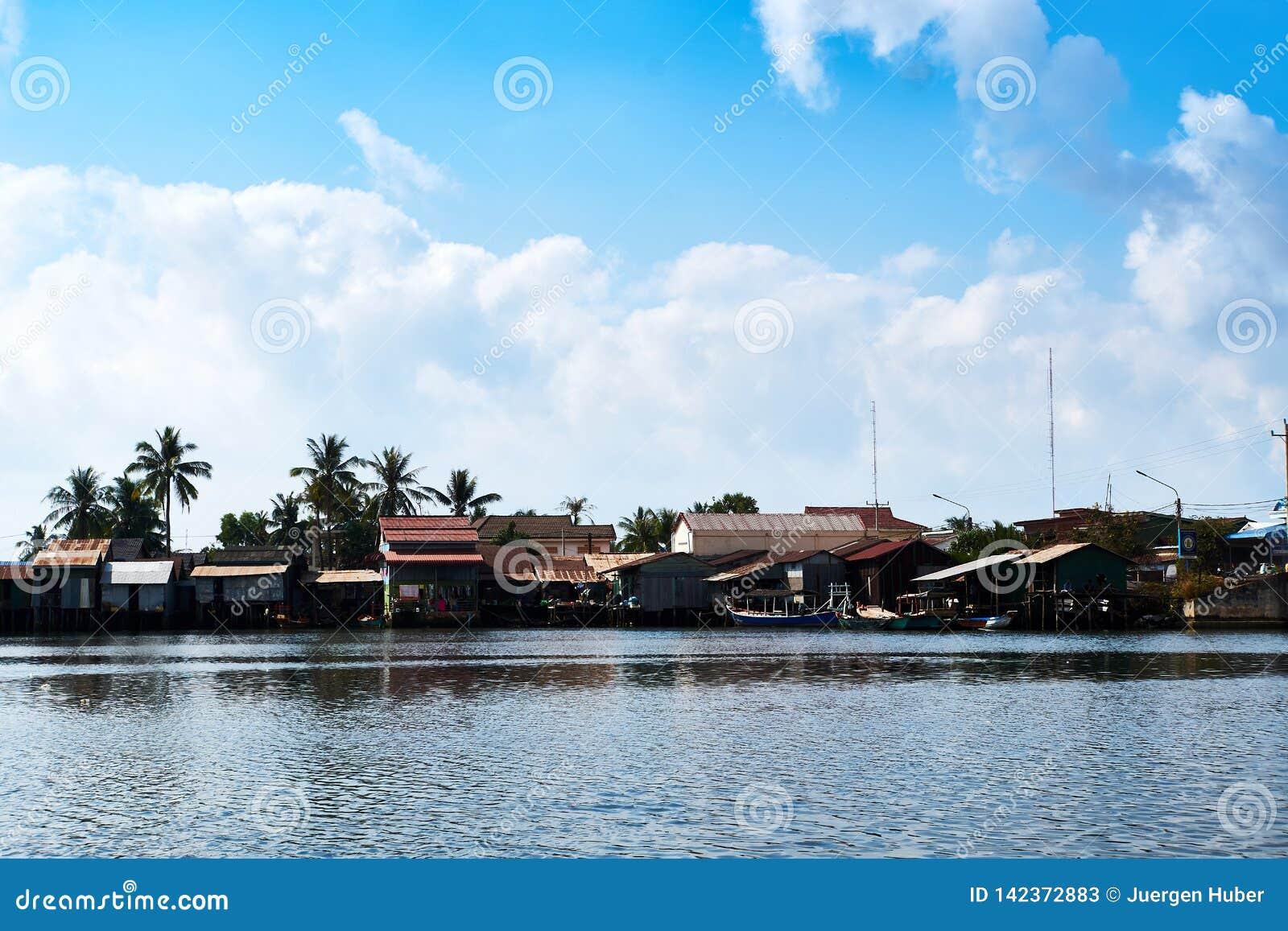 Rio no kampot cambodia com casas