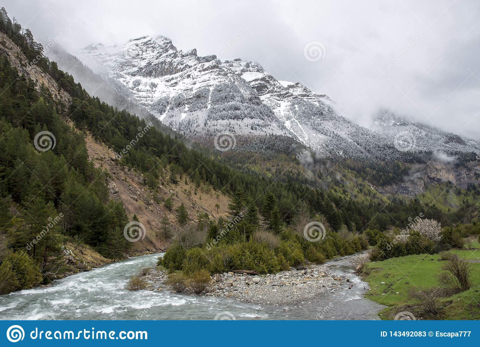Rio no vale de Bujaruelo com alguma neve na montanha, parque nacional das aros de Ordesa y Monte Perdido