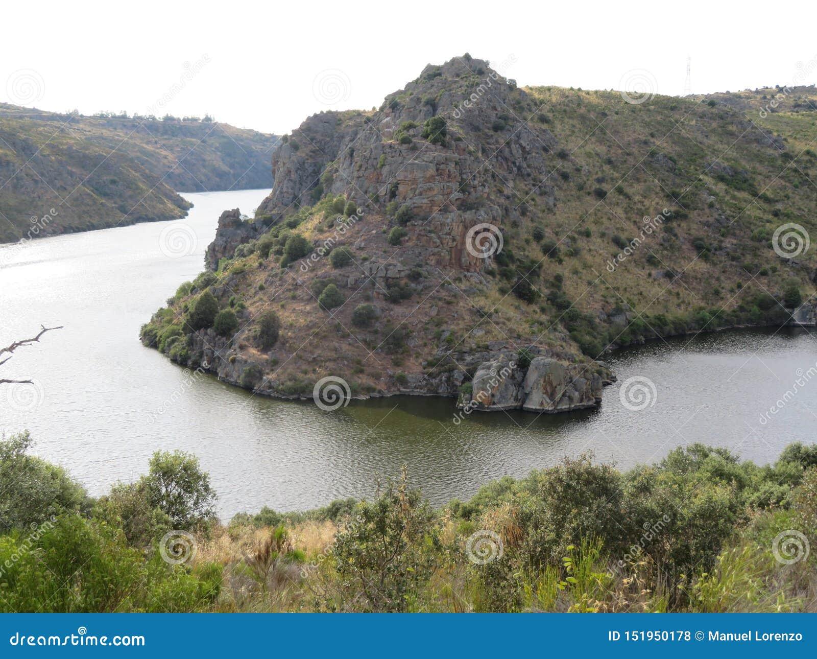 Rio que formam os penhascos muito altos e profundo bonitos