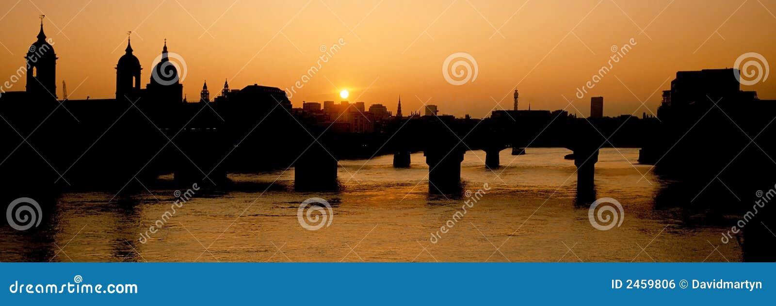 Rio Tamisa do por do sol