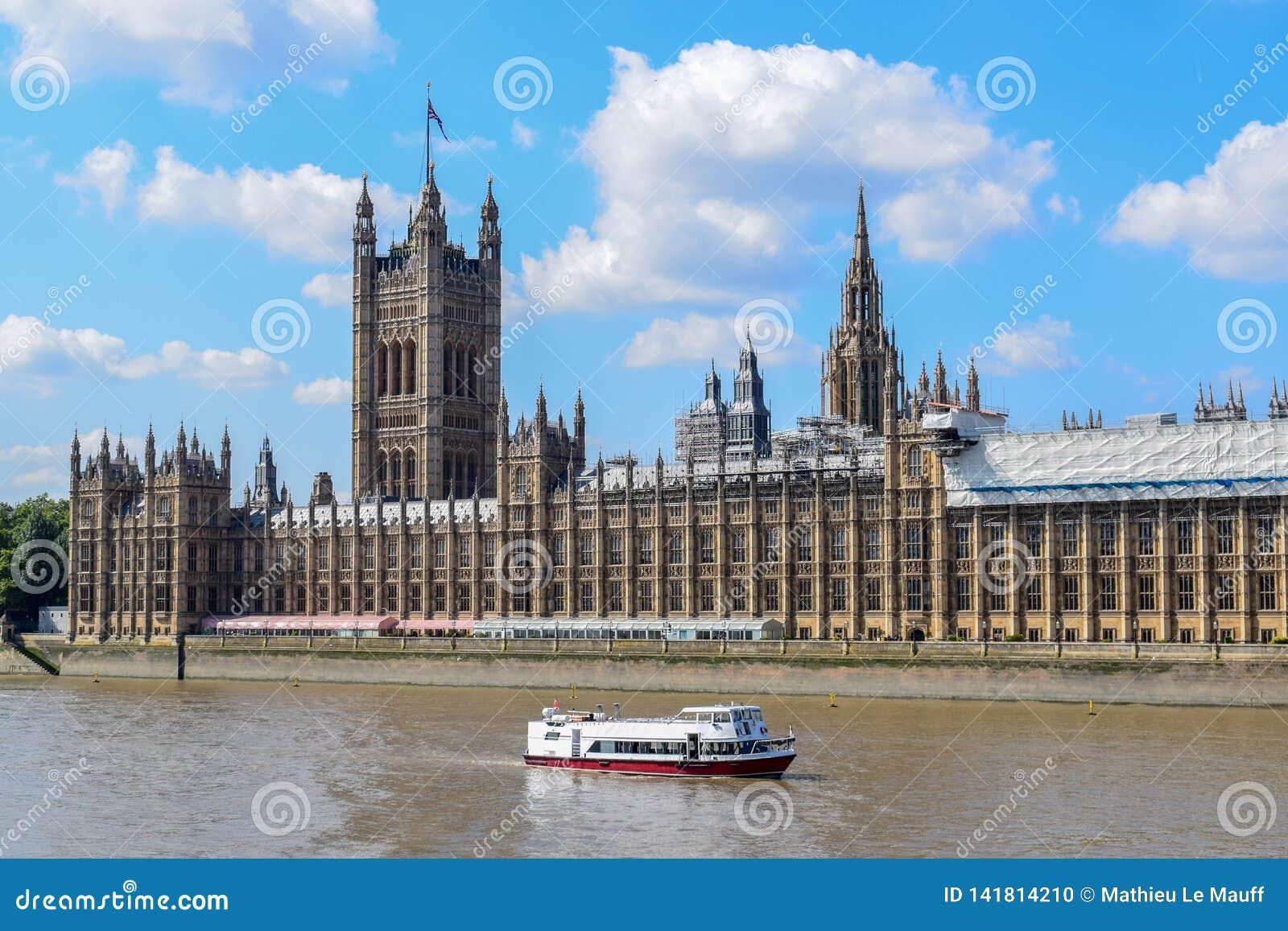 Rio Tamisa e palácio de Westminster & de x28; Casas do parlamento
