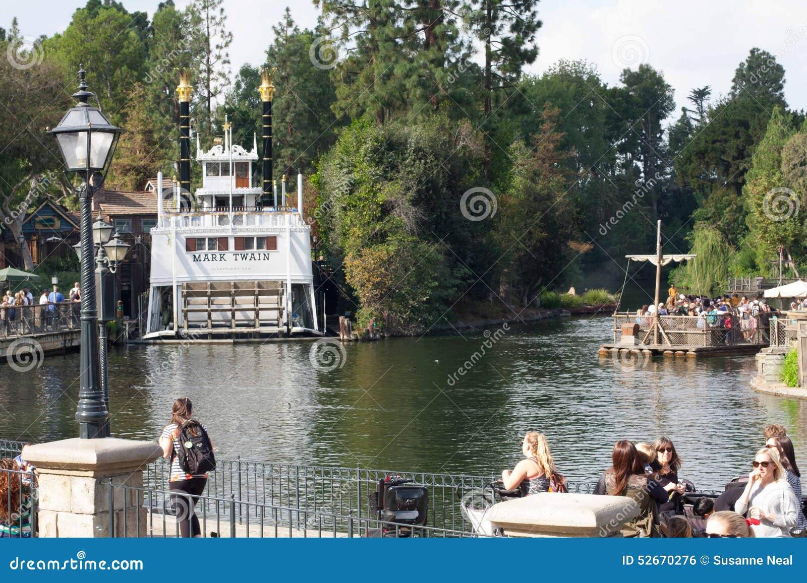 Rios de América em Disneylândia com Mark Twain Riverboat e a jangada