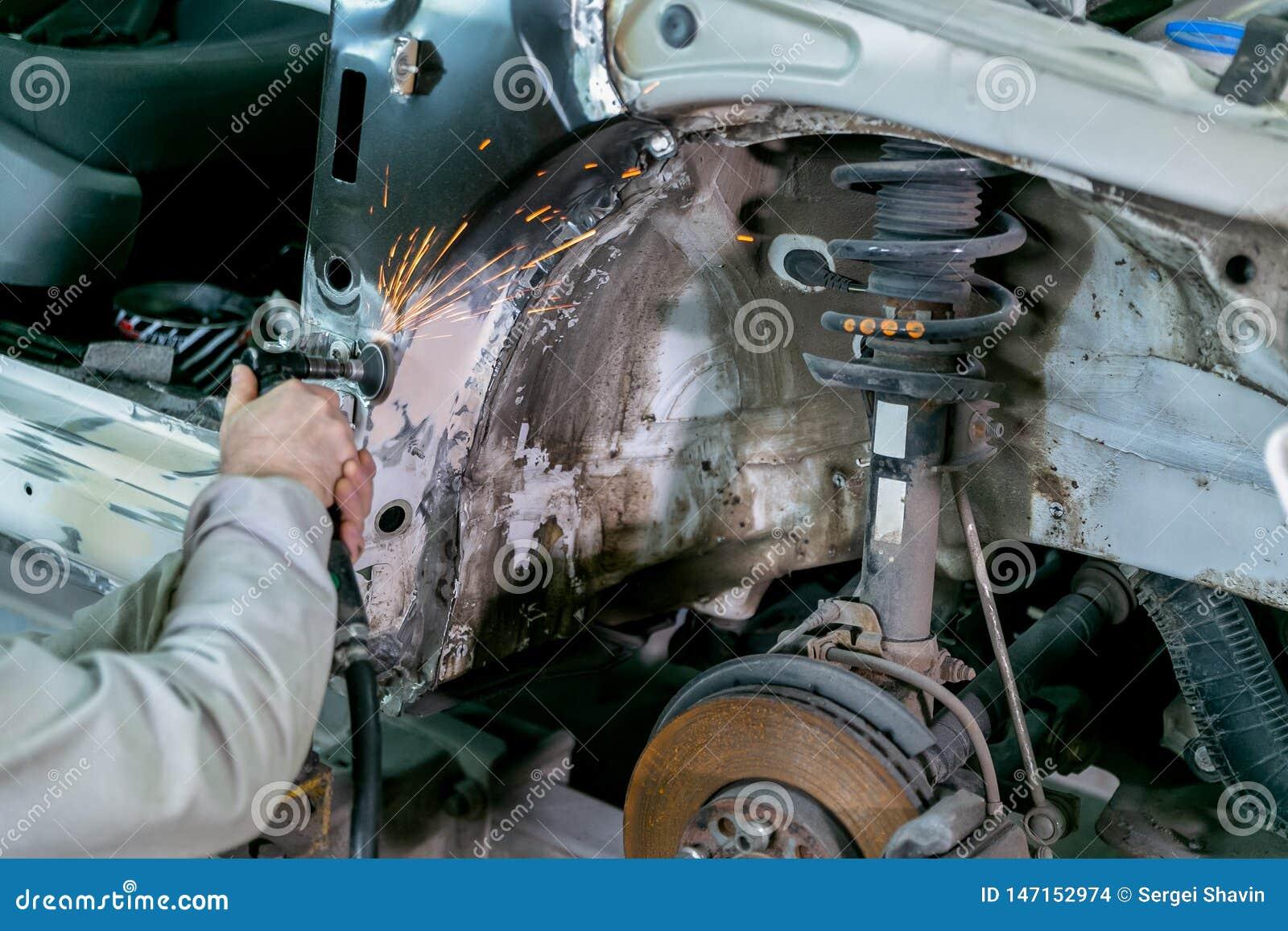 Riparazione dell automobile nel servizio dell automobile Carrozzeria del riparatore del lavoratore del meccanico ed automobile di