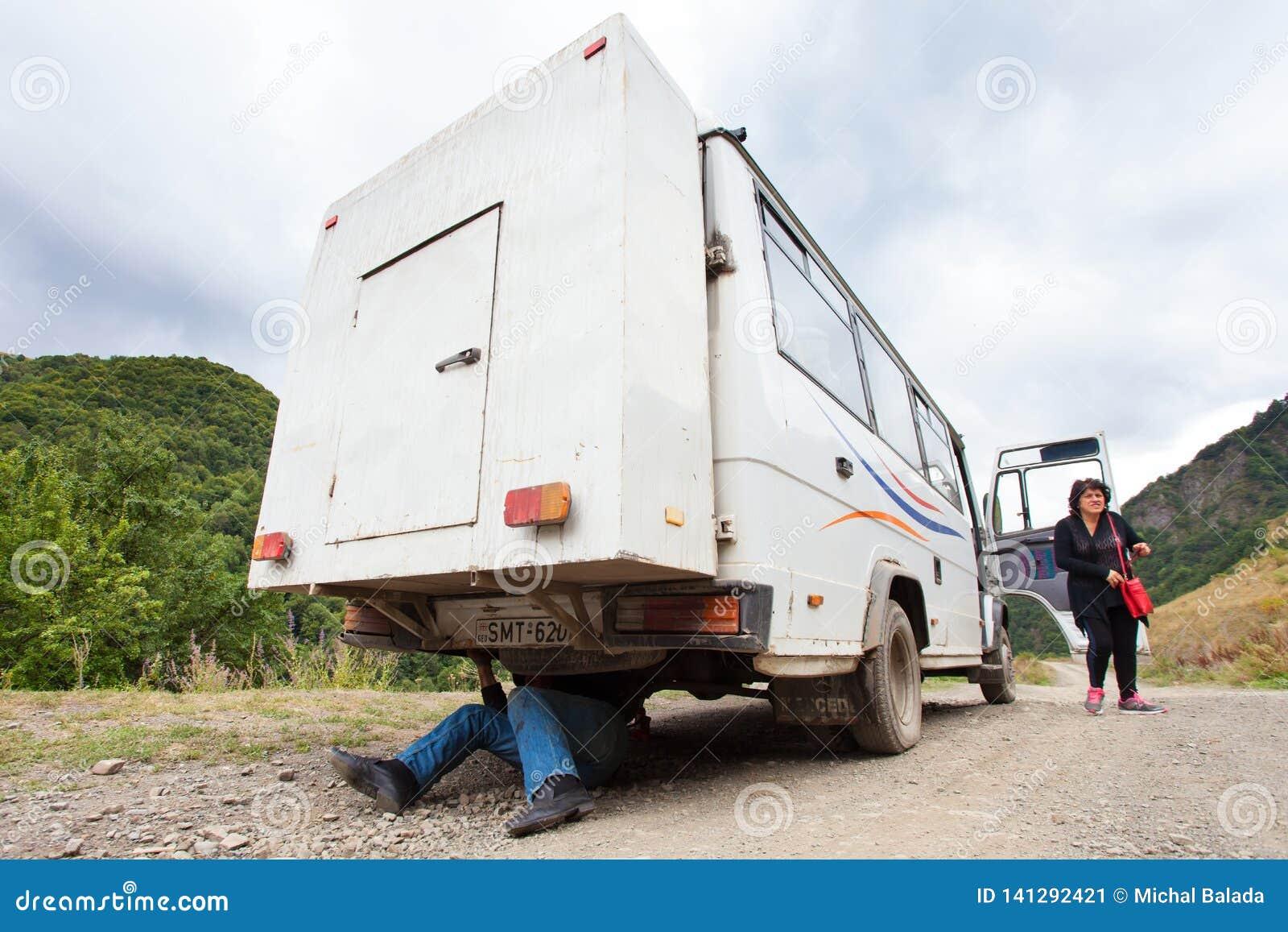Riparazione dell uomo anziano l automobile, Georgia Montagne di Caucaso