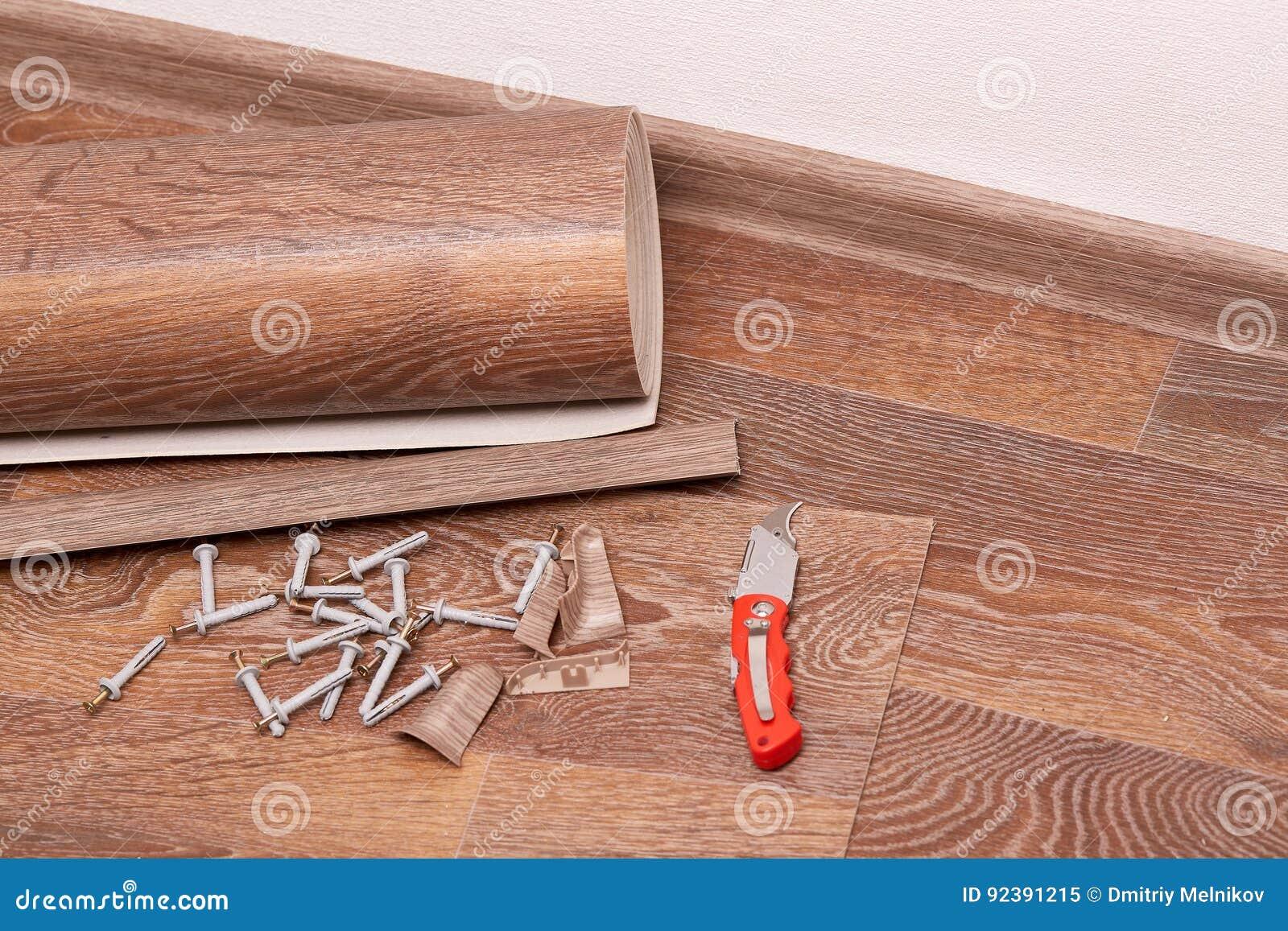 Riparazione di un rivestimento per pavimenti immagine stock