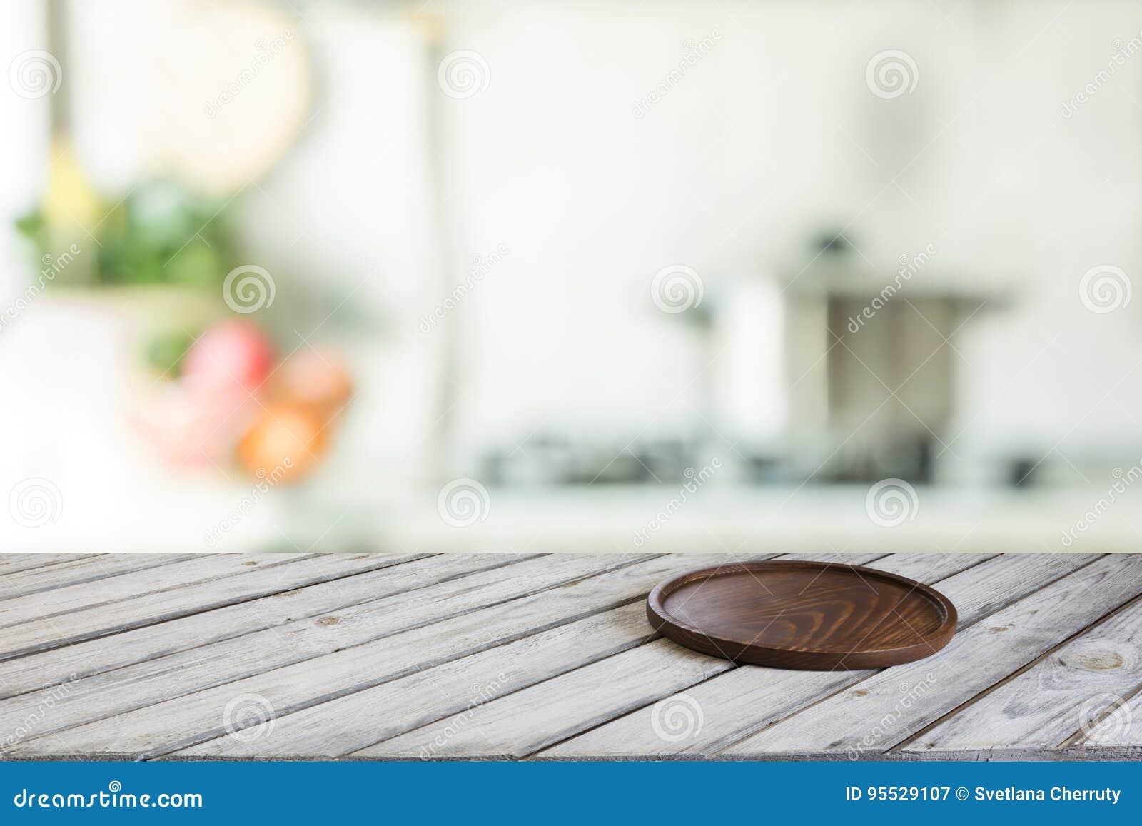 Ripiani In Legno Per Tavoli : Ripiano del tavolo di legno vuoto con il tagliere e cucina moderna