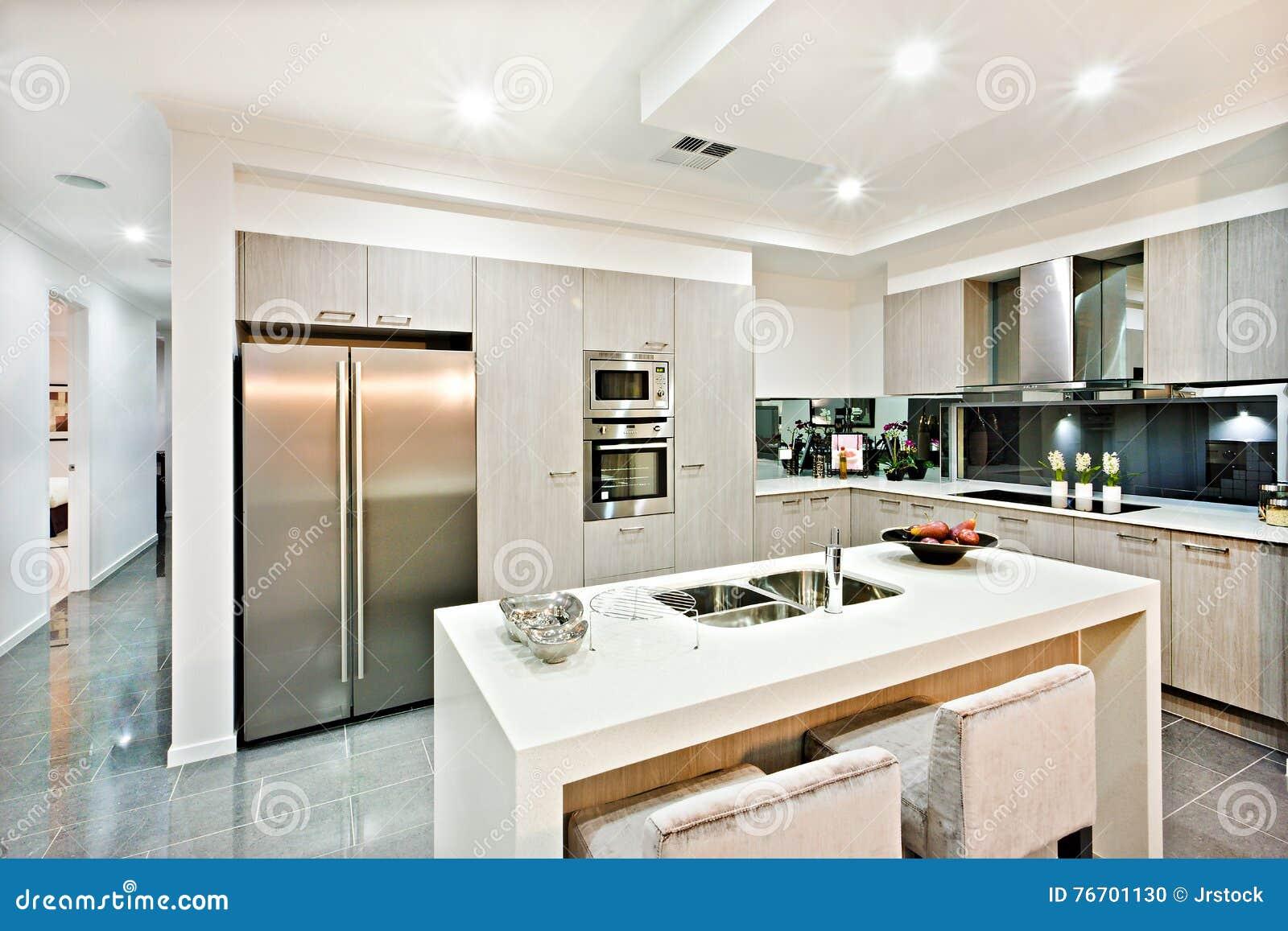 Beautiful cucina con angolo dispensa ideas ideas for Disegni della cucina con a piedi in dispensa