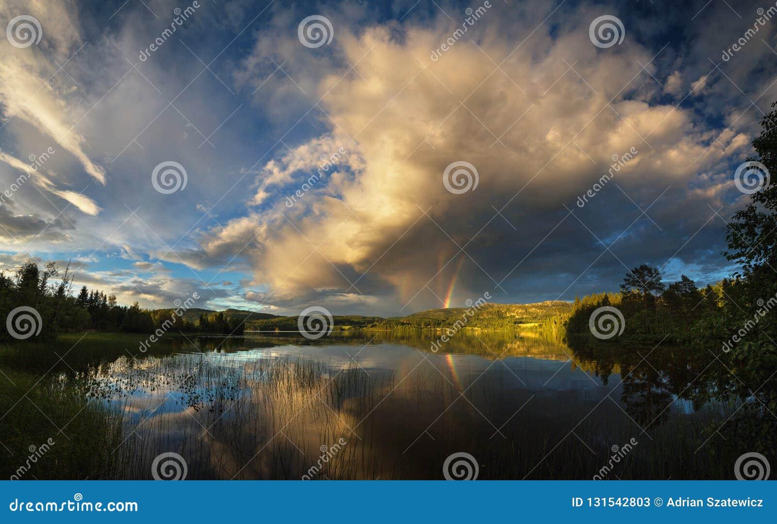 Riple tęcza obserwująca nad Jonsvatnet jezioro blisko Trondheim, zmierzchu światło po burzowego dnia, lato w Norwegia