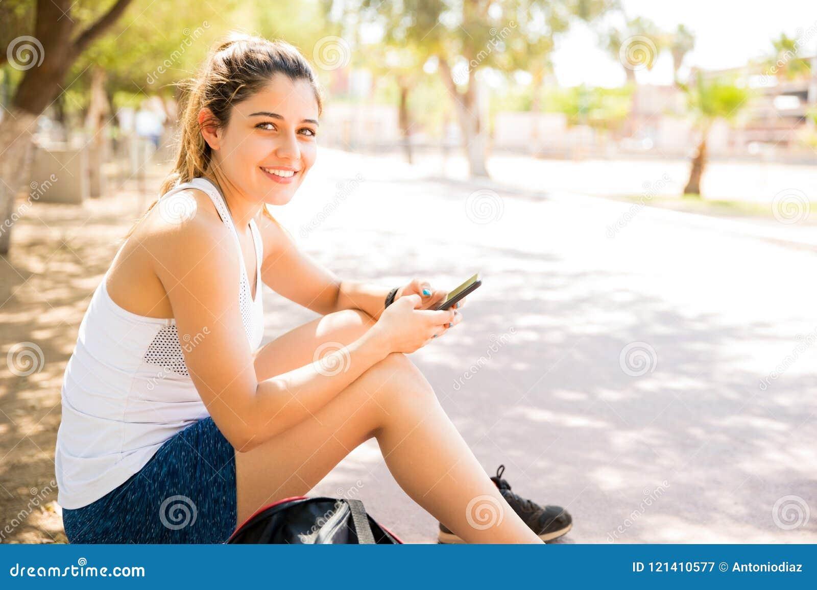 Riposo femminile attraente dopo l allenamento
