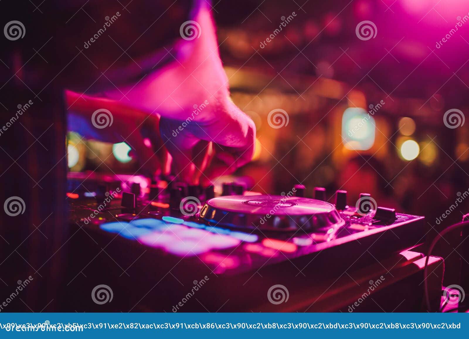 Ripresa esterna, piattaforme girevoli e mani del DJ Vita di notte al club, partito