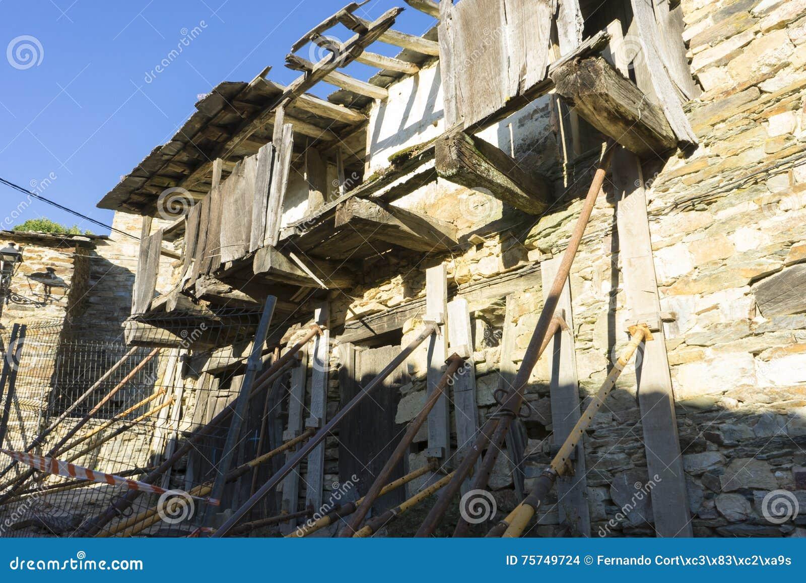 Case Di Pietra E Legno : Ripristino antico della casa legno e case della pietra nella