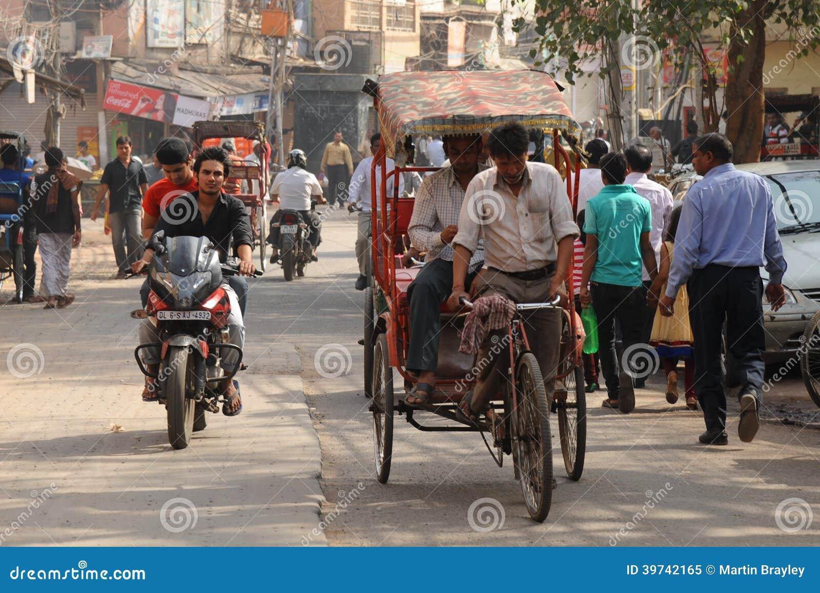 Riquexó e passageiro de ciclo. Deli velha, Índia.