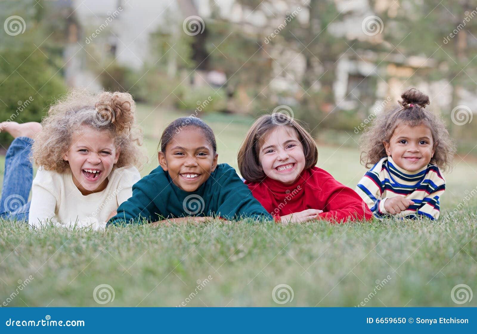 Rire de quatre enfants