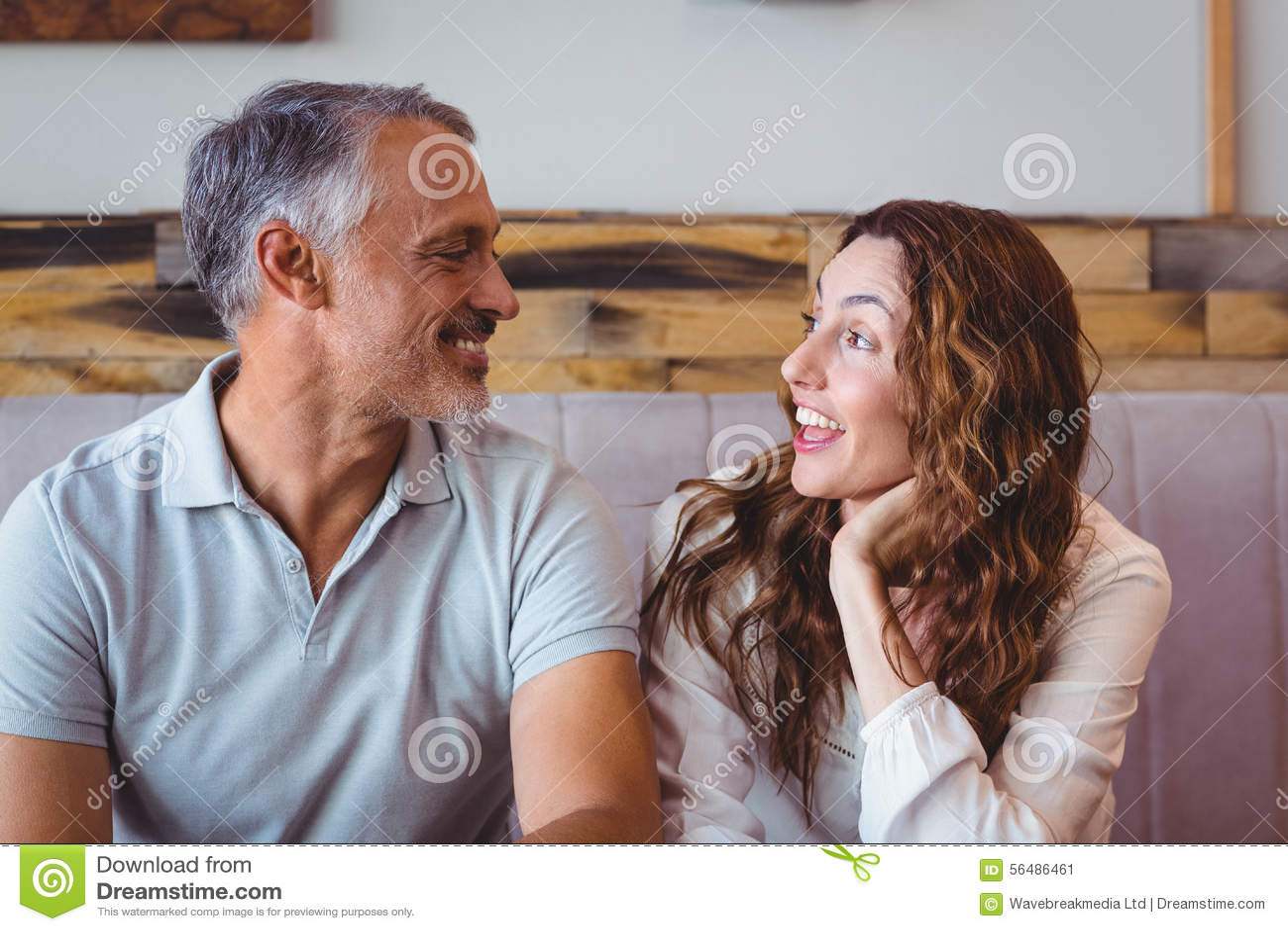 Rire mignon de couples