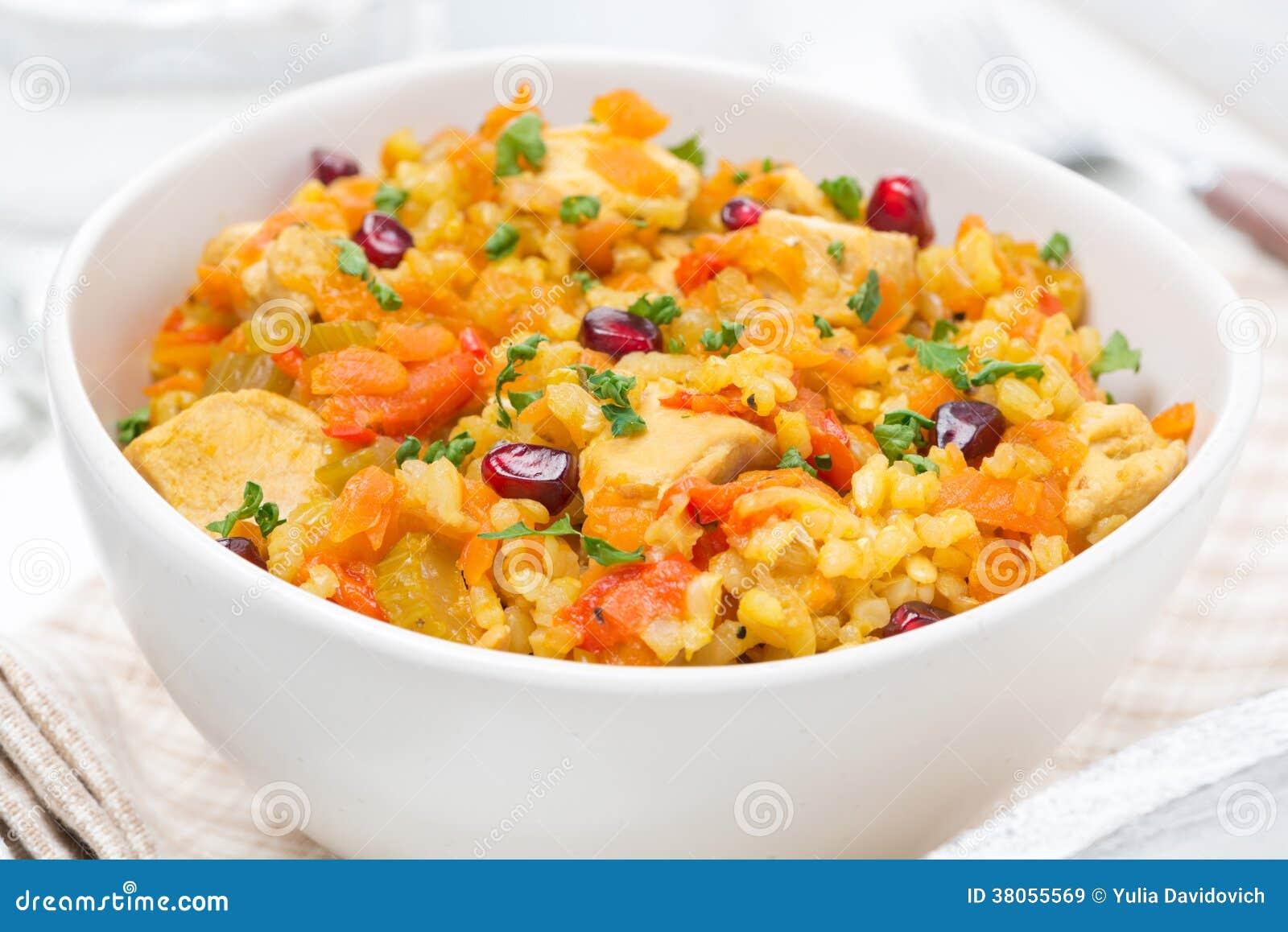 Ris med grönsaker, höna och granatäpplet, närbild