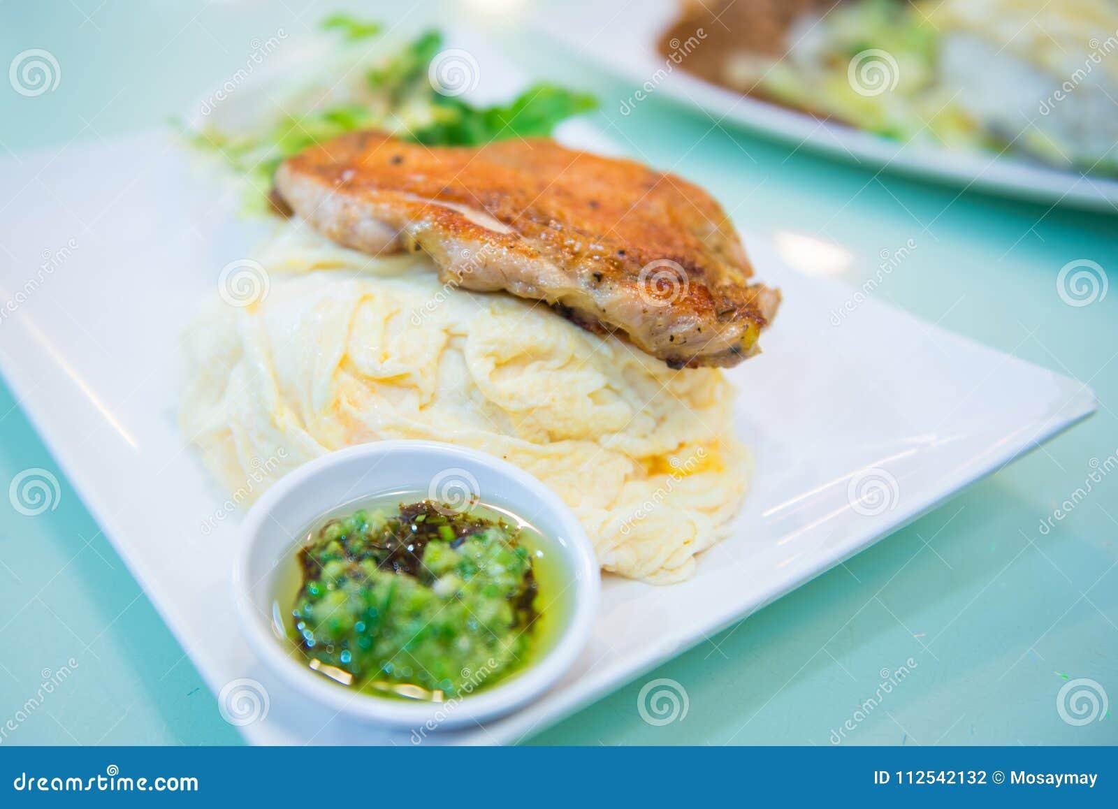Ris med stekt kycklingbiff
