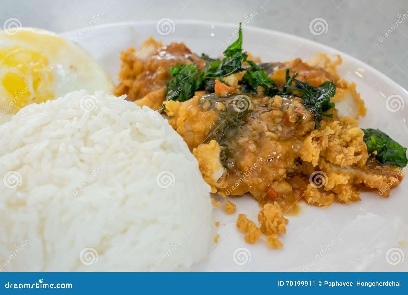 Ris som överträffas med stekt under omrörning höna och basilika