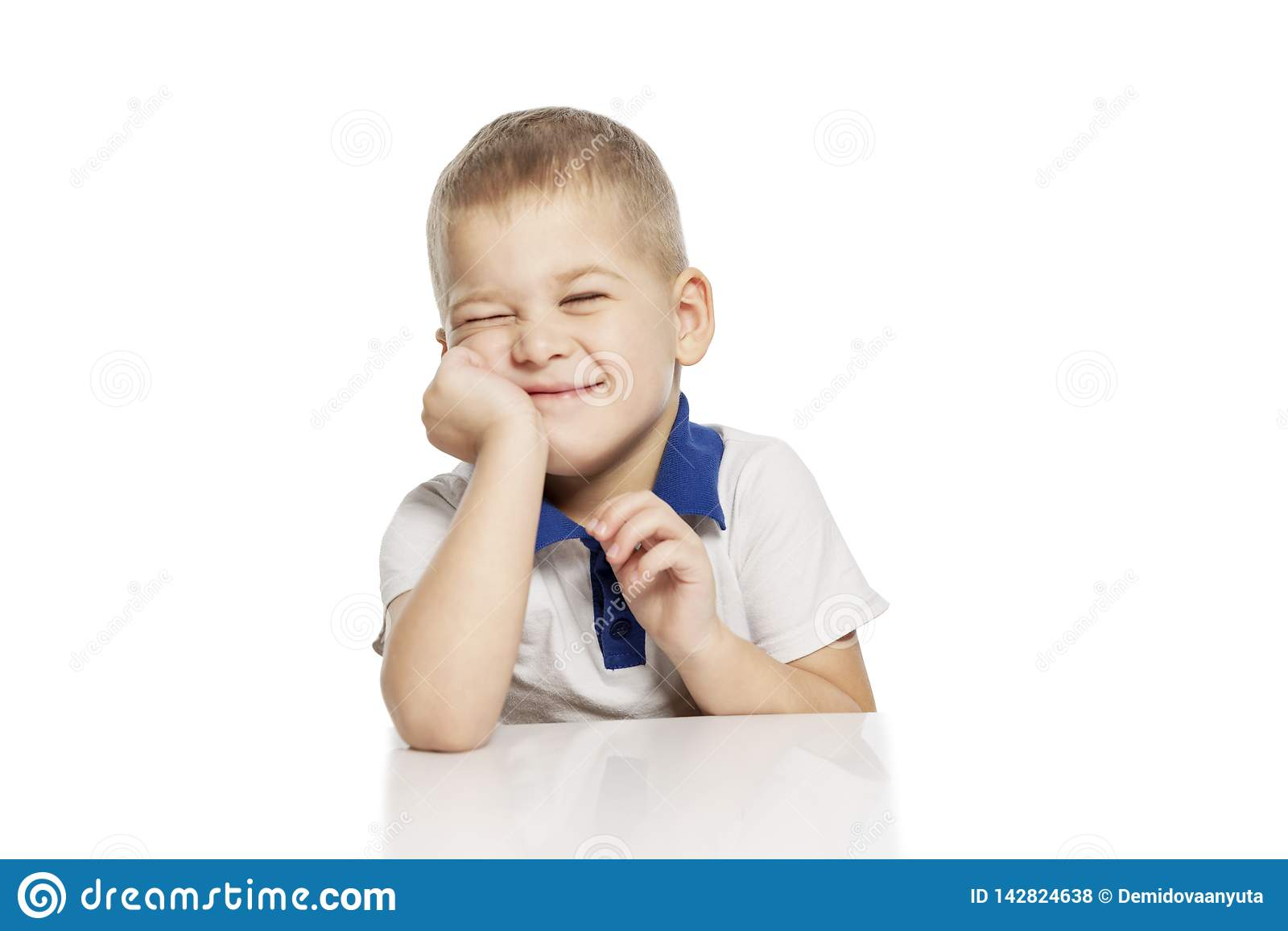 Risas lindas del niño pequeño, aisladas en el fondo blanco