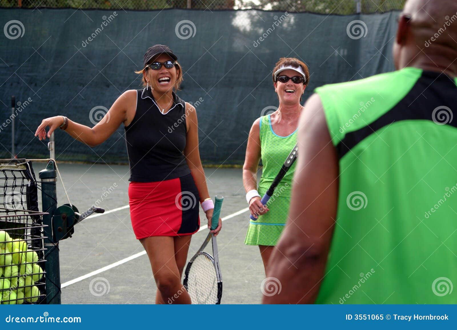 Risata femminile dei giocatori di tennis