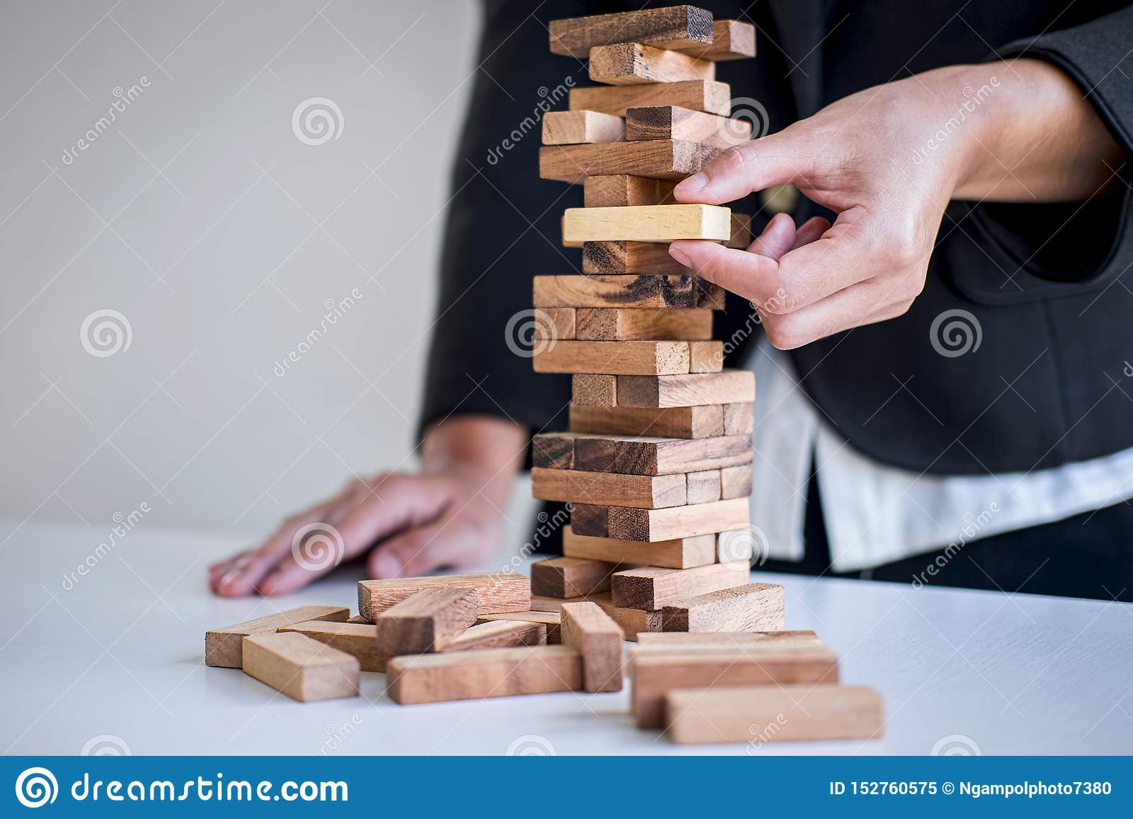 Risco e estratégia alternativos no negócio, mão da colocação de jogo inteligente da mulher de negócio fazendo a hierarquia de mad