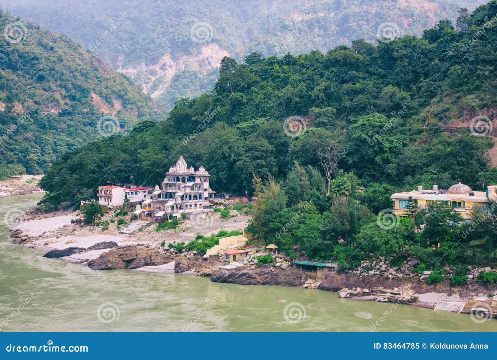 Rishikesh, Ινδία: Στις 4 Οκτωβρίου 2013 - ποταμός Ganga σε Rishikesh, κεφάλαιο γιόγκας