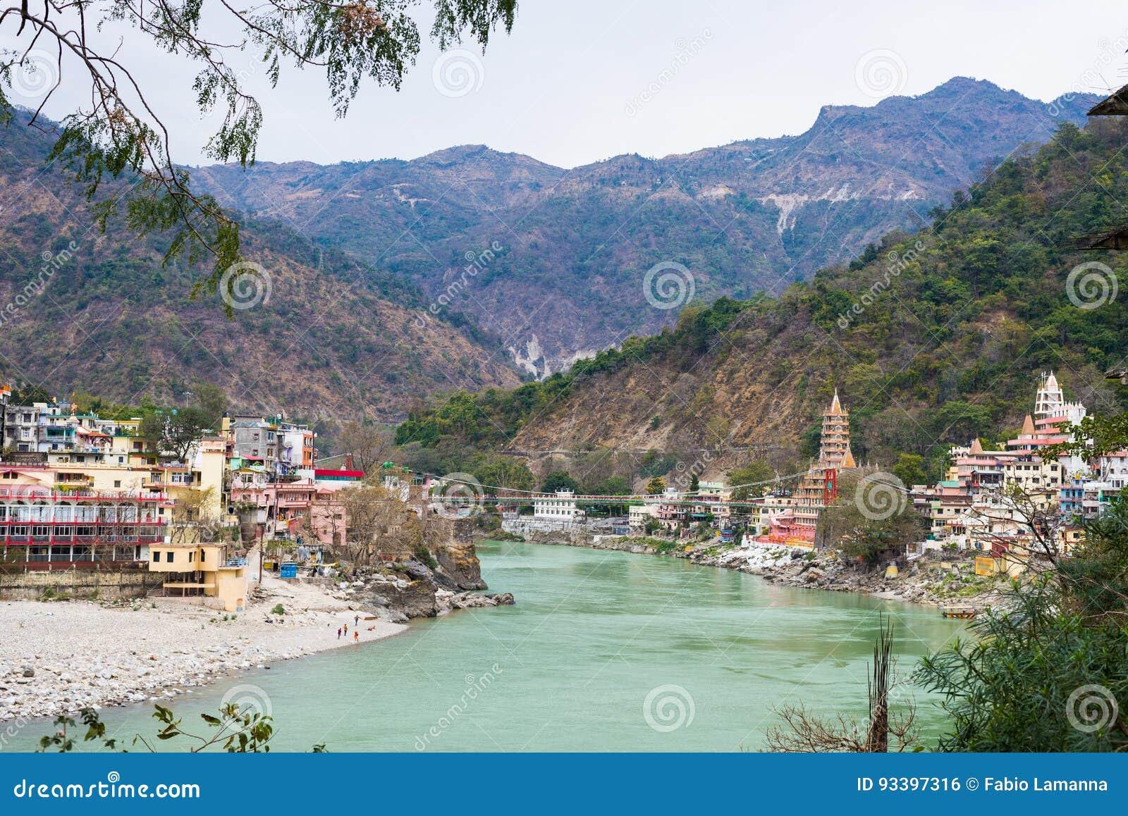 Rishikesh, helig stad och loppdestination i Indien Gangeset River som flödar mellan berget från himalayasna