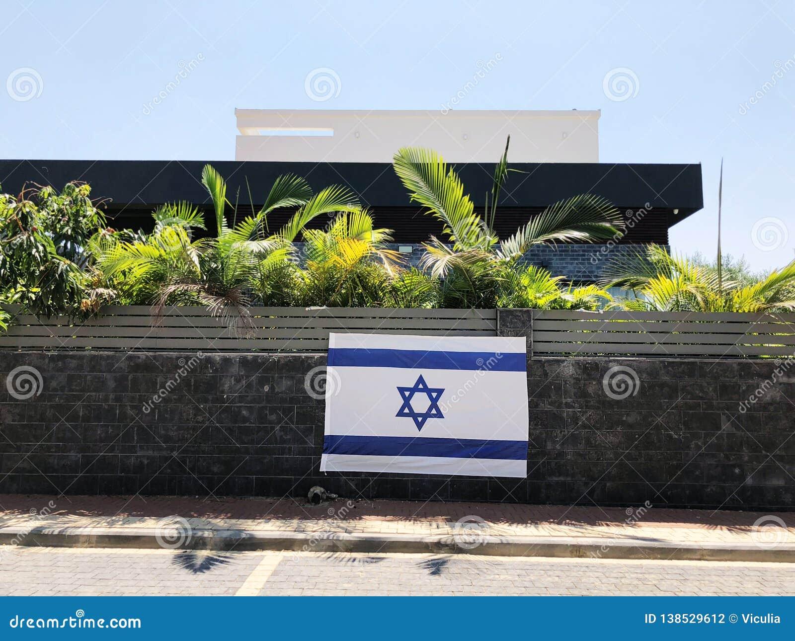 RISHON LE СИОН, ИЗРАИЛЬ - национальный флаг 27-ое июня 2018 Израиля, который частное владение обнесет забором Rishon Le Сион, Изр
