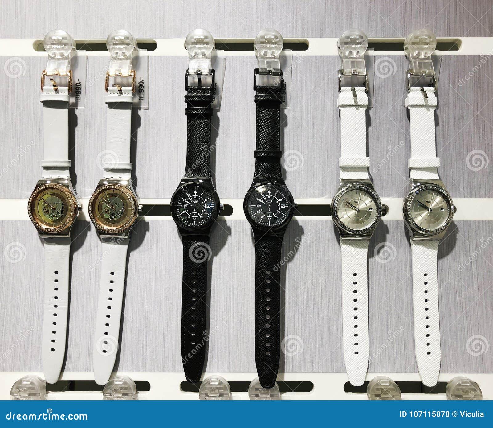 RISHON LE ZION, ISRAEL 29 DE DICIEMBRE DE 2017: Relojes del reloj expuestos en una tienda