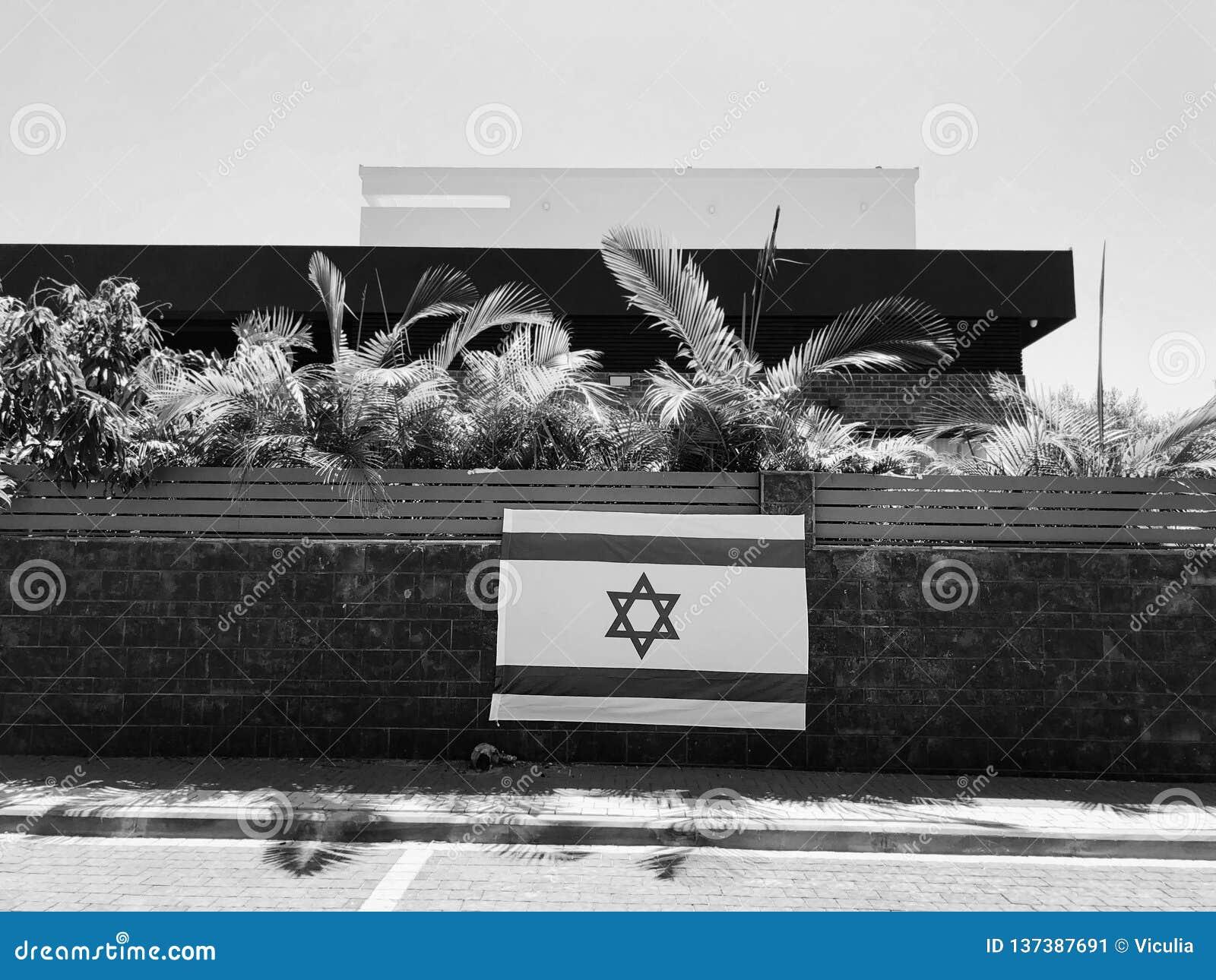 RISHON LE ZION, ISRAEL - Juni 27, 2018 Israel nationsflagga, som är ett privat hem- staket i Rishon Le Zion, Israel