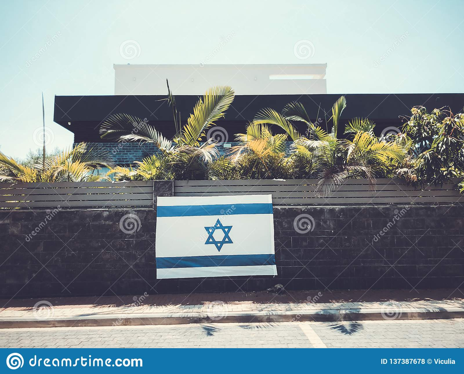 RISHON LE ZION, Staatsflagge ISRAELS - 27. Juni 2018 Israels, die ein Privateigentumszaun in Rishon Le Zion, Israel ist