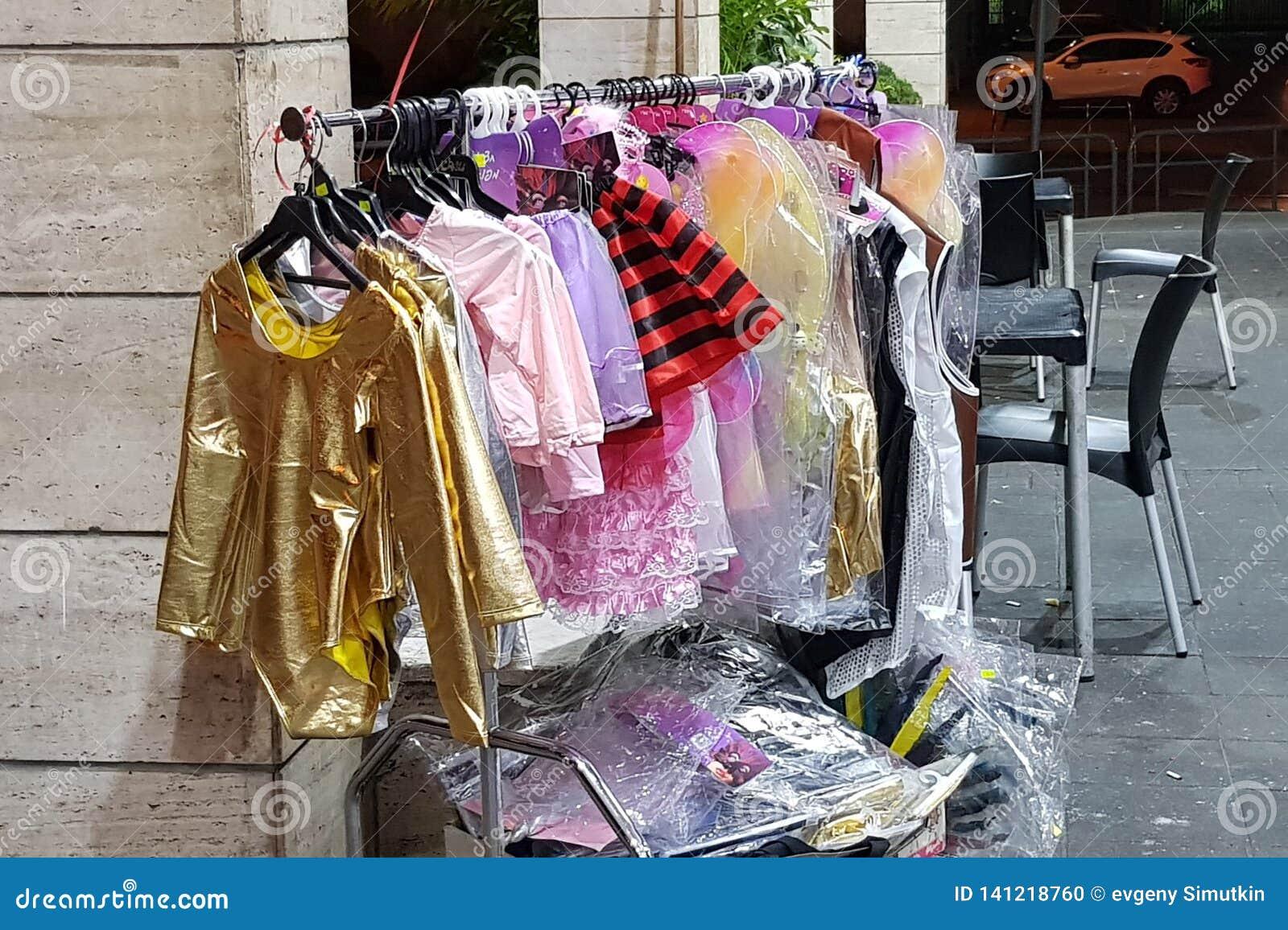 Rishon lezion, Izrael - marsz 5 2019: Śmieszni kolorowi ubrania dla dzieci wystawiających dla sprzedaży w sklepie przed żydowskim