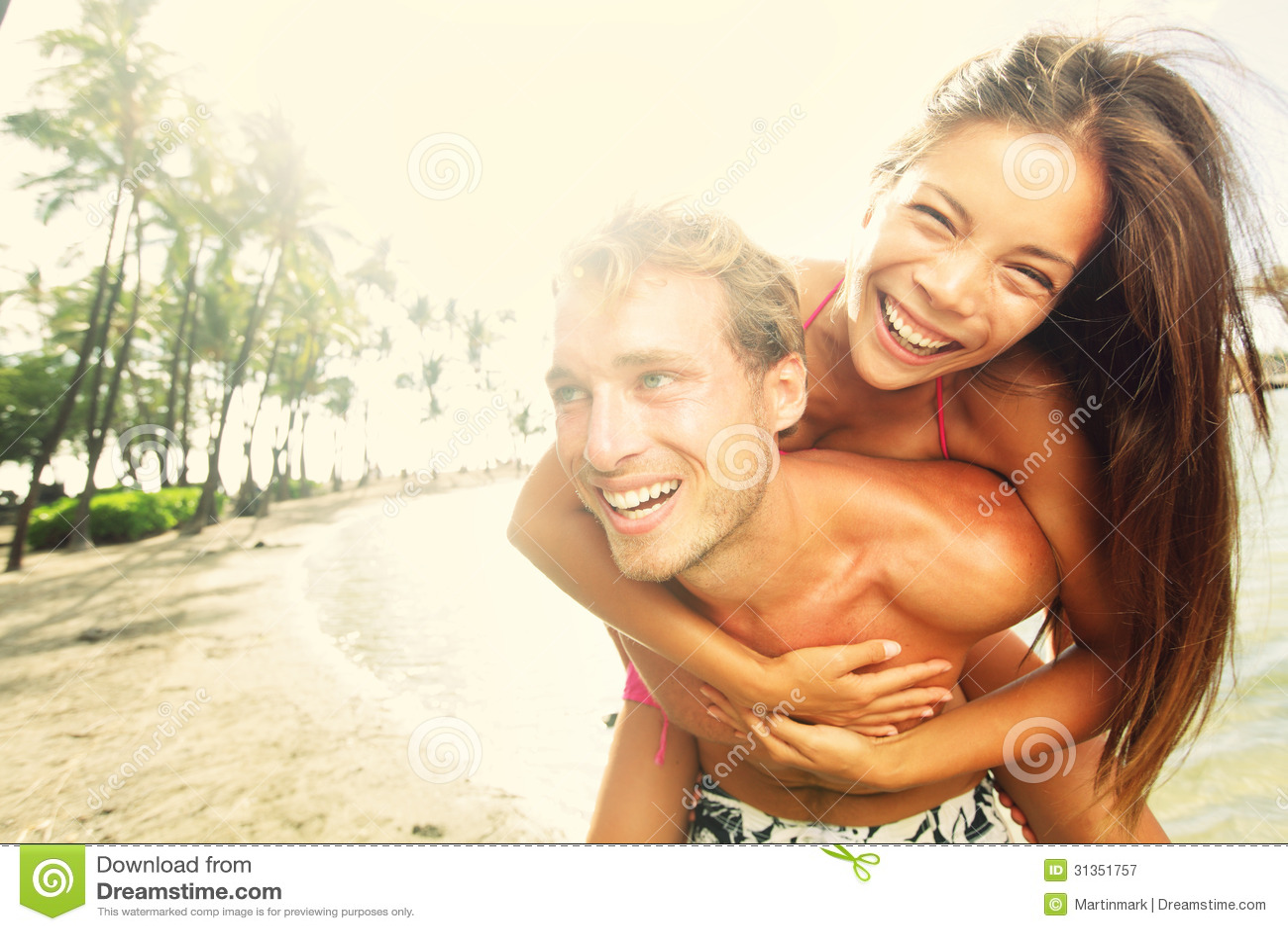 Riso alegre novo feliz do divertimento da praia dos pares