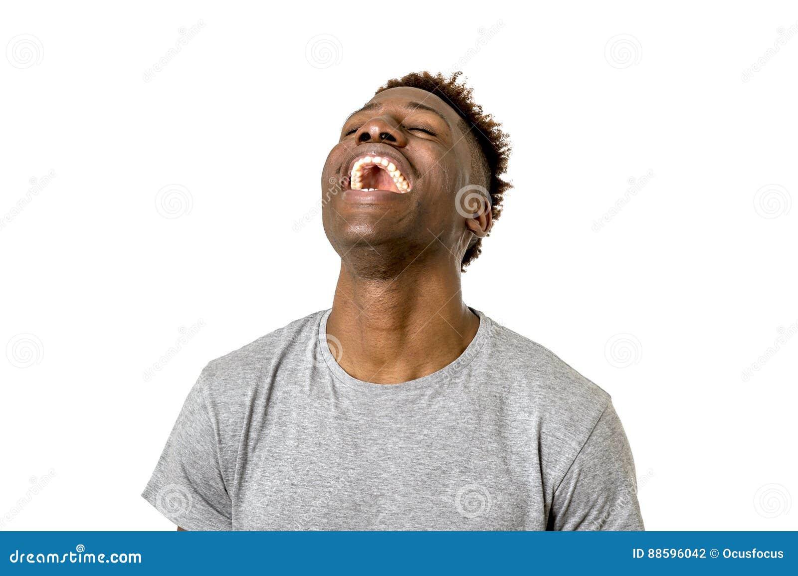 Riso americano do homem do africano negro feliz e entusiasmado isolado