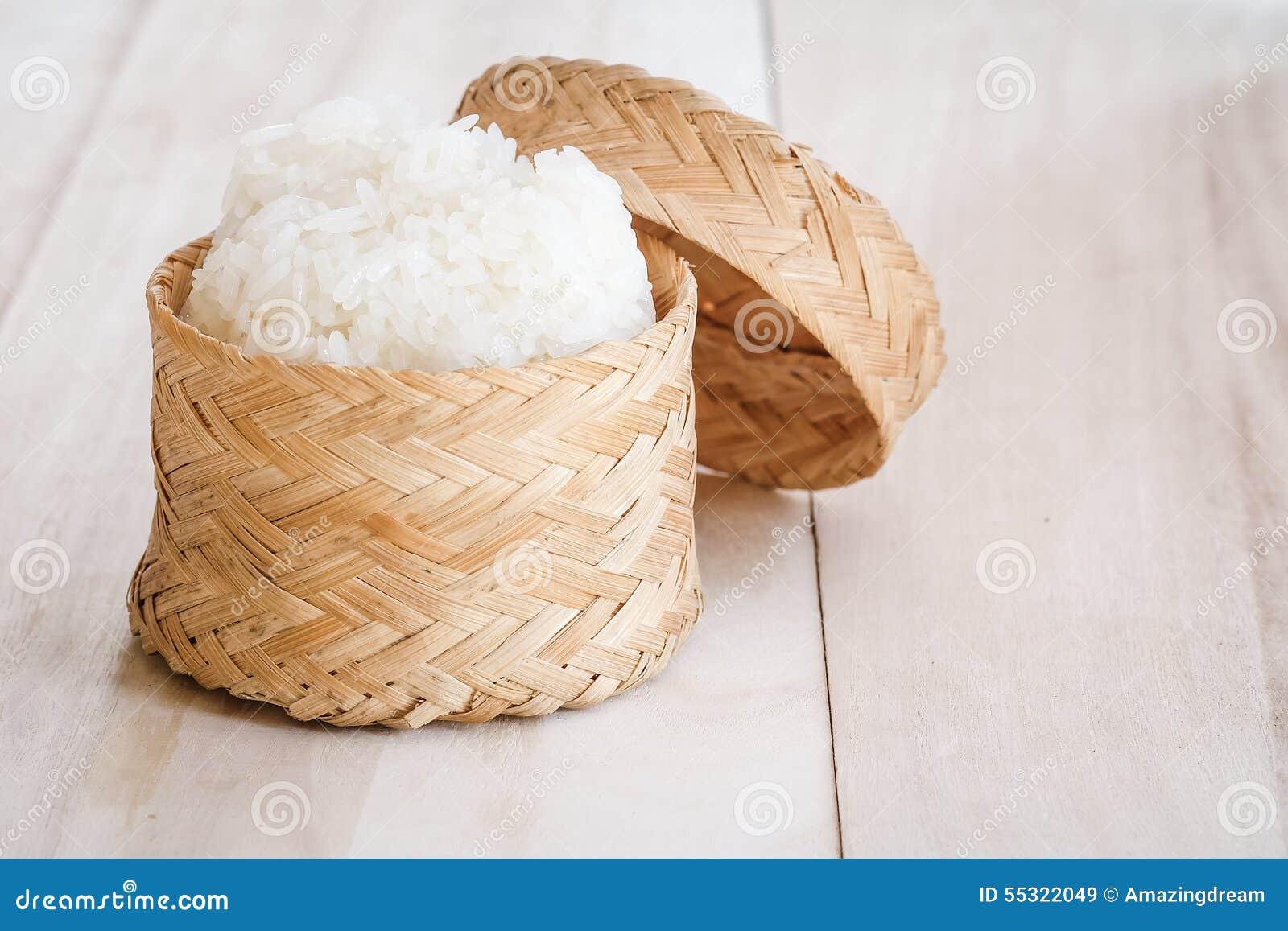 Riso appiccicoso, riso appiccicoso tailandese in una scatola di legno di bambù di vecchio stile