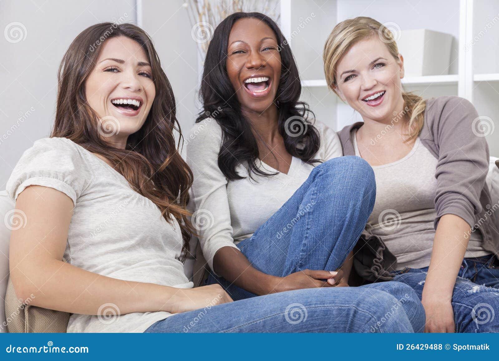 Riso bonito inter-racial dos amigos das mulheres