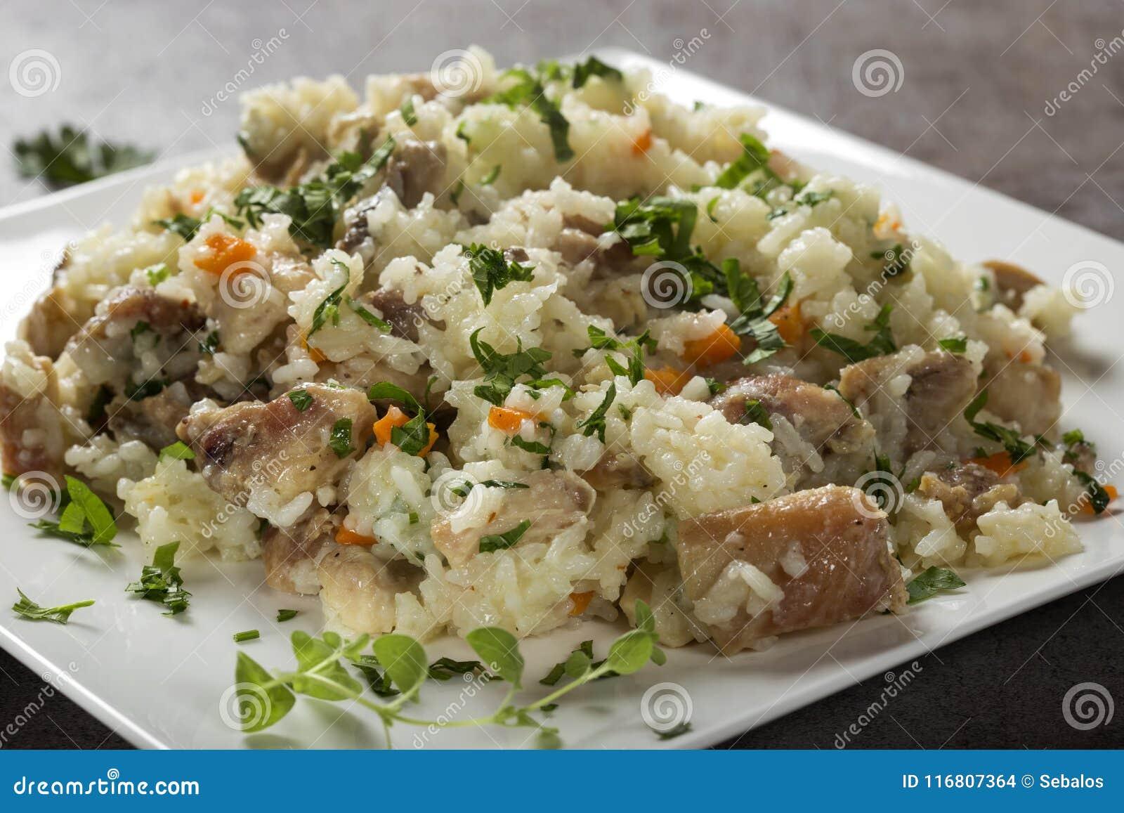 Riso con carne di pollo e funghi, erbe ed altre verdure